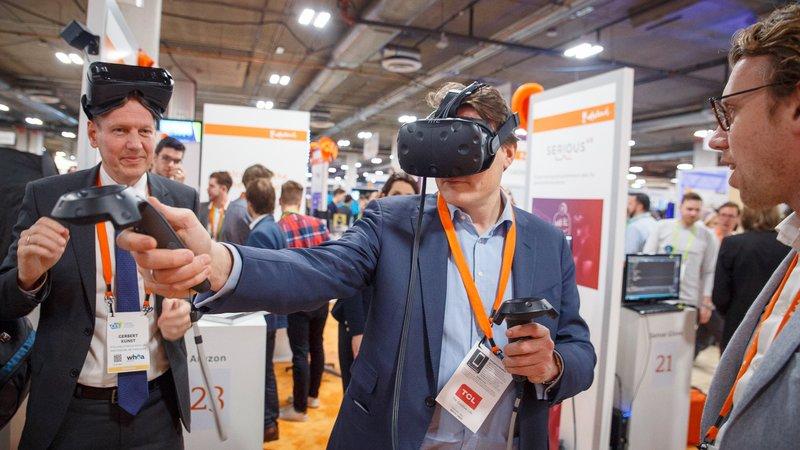 Prins Constantijn met VR-bril