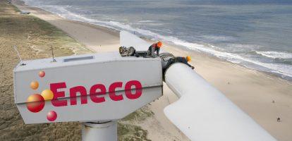1. Gemeenten zetten Eneco in de verkoop Eneco lijkt toch in de verkoop te gaan, afgelopen dagen werd er al druk gespeculeerd over de eventuele verkoop van aandelen van verschillende gemeenten. De gemeentes Rotterdam (31%), Den Haag (16,5%) en nu ook Dordrecht (9,5%) zijn erg ontevreden over de manier van zakendoen bij Eneco. Dat meldt het FD. Met name over hoe ze als aandeelhouders behandeld worden. Zo zouden ze nauwelijks tot geen zeggenschap hebben over het beleid of de strategie van Eneco. Pogingen om hun invloed te vergroten mislukten vanwege juridische tegenstand van het energiebedrijf. Nu lijken ze er klaar mee te zijn en staan ze open voor een stabiele koper die ook de werkgelegenheid in acht neemt, niet enkel geld. CEO van Eneco, Jeroen de Haas, is het totaal oneens met deze beslissing. Lees meer over hem in het profiel dat MT gisteren publiceerde. 2. Air Berlin heeft faillissement aangevraagd De Arabische geldschieter Etihad brengt een aantal luchtvaartmaatschappijen flink in de problemen. Alitalia kan misschien een faillissement voorkomen door nieuwe investeerders te zoeken, maar voor Air Berlin komt alle hulp te laat. De raad van bestuur kwam gisteren tot de conclusie dat het bedrijf geen toekomstperspectief meer heeft en vroeg faillissement aan. Al een aantal jaar ging het slecht met de tweede luchtvaartmaatschappij van Duitsland, het aantal passagiers liep terug en enkel rode cijfers verschenen onderaan de streep. Duitse branchegenoot Lufthansa heeft al interesse getoond in een eventuele overname. 3. Euro verslaat pond begin 2018 Analisten van de Amerikaanse zakenbank Morgan Stanley verwachten dat de pond voor Europeanen binnenkort helemaal niet meer zo duur zal zijn. Het zou zelfs zo kunnen zijn dat de euro meer waard gaat worden dan de pond, waarschijnlijk begin volgend jaar al, schrijft Bloomberg. Dat heeft te maken met de flink aantrekkende economie in Europa en de klap die de Britse economie oploopt vanwege de Brexit. Wanneer de euro meer waard is,