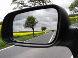 landschap in autospiegel bevestigd met lijm