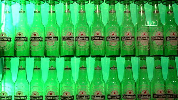 """Heineken is de nieuwe aanvoerder van de FB50 van 2010, MT's jaarlijkse lijst met de beste familiebedrijven van Nederland. De lijst telt vijf nieuwkomers. Familiebedrijven vormen een buitencategorie in het Nederlands economisch landschap. Omdat ze uniek zijn in hun op continuïteit gerichte beleid. Daarom maakt MT een jaarlijkse lijst van de vijftig beste familiebedrijven van Nederland. Deze complete lijst staat in de nieuwe editie van Management Team. Bestel het magazine online. Vandaag besteld voor 15:00 uur, betekent morgen op uw deurmat. Verantwoording Om in de lijst te komen, moet een onderneming niet alleen minimaal 10 jaar bestaan, maar ook voldoen aan minstens twee van de volgende criteria: - Meer dan de helft van het eigendom berust bij de familie; - Bij beursgenoteerde ondernemingen is minstens 20 procent van de aandelen in handen van de familie; - Minimaal één familielid van de oprichter bekleedt een sleutelpositie, in de directie of als commissaris; - De meerderheid van het stemrechtbij de algemene vergadering van aandeelhouders is in handen van de oprichter of eigenaar of diens familie. Stemrecht kan, maar hoeft niet, rechtstreeks te zijn; - Er is sprake van familiebanden. Dat kan door huwelijk of erfopvolging of door familiebanden tot de derde lijn (meer onderaan dit artikel) 1. Heineken familie Heineken omzet 14,7 miljard """"Een 'koninklijke' zakenfamilie"""", zo kun je de Heinekens noemen. De familie die nog steeds een hoofdrol speelt achter de schermen bij 's lands grootste bierbrouwer, lijkt al bijna 1,5 eeuw garant te staan voor succes. Haast vanzelfsprekend laveerde het concern door de crisis en vergrootte zijn mondiale positie met een gedurfde overname in Mexico. Nauwelijks verbazingwekkend eindigde Heineken dan ook bovenaan de FB50, de ranglijst van Nederlandse familiebedrijven, die dit jaar voor de tweede keer door MT werd opgesteld. Met een omzet van 14,7 miljard euro in 2009 (400 miljoen meer dan een jaar eerder) loste Heineken de familie Fentener """