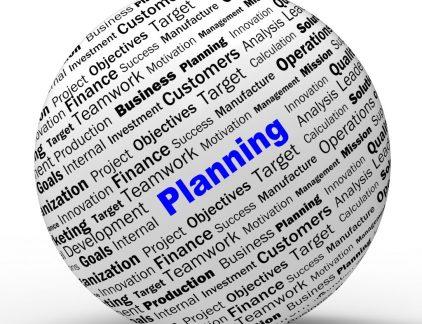 Heb je al een jaarplanning gemaakt voor 2012? En denk je alle targets en doelstellingen te gaan halen? Podiumauteur Jaldhara Groeneveld geeft 7 tips om dit jaar een haalbare jaarplanning te maken. De artikelen over 'goede voornemens' en 'je beste jaar ooit' vlogen je afgelopen maand om de oren. De één belooft nog meer dan de ander. Maar hoe zit het met de haalbaarheid van alle tips en ideeën? Ik bedoel: het is niet dat ik niet van plannen maken houd. Sterker nog, ik houd er erg van. Maar ik houd nog veel meer van plannen waarmaken. Niet realistisch In de praktijk blijkt vaak dat we ontzettend veel willen. We beloven onszelf én de ander van alles zonder van te voren te checken of dit wel haalbaar is. We denken dat we het wel redden als we maar een beetje plooibaar zijn. De uitdrukking 'onder druk wordt alles vloeibaar' wordt dan ook vaak te pas en te onpas gebruikt. Een organisatie is niet realistisch bezig als de planning van de individuele medewerkers niet op orde is. Maar hoe maak je een haalbare planning, voor jezelf en voor je organisatie? Of het nu een jaarplanning, een weekplanning of een planning voor het behalen van een ander persoonlijk doel is, voor alle situaties krijg je te maken met dezelfde valkuilen. Ik beschrijf hieronder de grootste fouten en dé manier om wel een realistische jaarplanning te maken. Demotiverend Een voorbeeld van de problemen die een niet realistische jaarplanning met zich meebrengt: Een gemeente vraagt mij om met het beleidsteam een realistische jaarplanning voor het komende jaar te maken. Ik begin met een persoonlijke, haalbare planning voor alle teamleden. We zorgen dus eerst dat hun eigen planning op orde is. Aan de hand van hun kerntaken maken de teamleden duidelijk wat ze moeten doen, hoeveel tijd dit kost en wanneer dit moet gebeuren. Daarna zijn we toe aan de gezamenlijke jaarplanning en komen de wensen van de gemeente op tafel. Wat is er bijvoorbeeld al aan het college beloofd? Al snel lopen we tegen een aantal pijnpunten aa