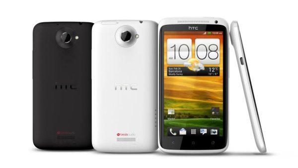 1. Google schuldige van stop aandelenhandel HTC Google aast mogelijk op smartphoneproducent HTC. Nadat die geruchten de wereld in kwamen, werd gisteren plotseling de handel in aandelen van HTC op de Taiwanese beurs stilgelegd. TWSE, de Taiwanese beurshandel, publiceerde wel een persbericht, maar repte niet over de reden voor de plotselinge stop. Google nam eerder al Motorola over en heeft ook al een Google-smartphone in productie bij HTC, dat daarnaast ook veel Android-modellen maakt. De waarde van HTC wordt momenteel geschat op bijna 2 miljard dollar, waar Google bijna 100 miljard dollar aan cash heeft liggen. 2. Bexit-bill: May biedt 20 miljard euro voor financiële gat EU Nu de Britse premier Theresa May haar toon richting de EU gematigd heeft, komt ze met een nieuw plan om de financiële rekening te verheffen. May biedt aan om in 2019 en 2020 nog 20 miljard euro te blijven betalen aan de EU. Dat is bij lange na niet genoeg om het economische gat van 60 miljard op te vullen, maar neemt wel een directe crisis weg. Dat schrijft het FD op basis van de Britse krant Financial Times. De Brexitonderhandelingen zijn in volle gang, maar bleven steken na problemen over de 'Brexit-bill'. May probeert de toekomstige handelsrelatie redden door op deze manier een gebaar te maken.  3. COR Tata Steel bang voor ontslagen, gaat blokkades opwerpen De COR van Tata Steel is niet gerust op de komende fusie tussen het staalbedrijf en het Duitse ThyssenKrupp. Er is veel onduidelijkheid over hoeveel banen er mogelijk geschrapt gaan worden, en waar precies. Wel schrijft ThyssenKrupp in het persbericht dat er tot 4.000 banen geschrapt gaan worden, waarvan beide bedrijven de helft voor hun rekening nemen. De werknemers van Tata Steel in Nederland zouden hiervan het grootste gedeelte voor hun kiezen krijgen, omdat in Engeland al te veel gereorganiseerd is. Mocht dat plan doorgaan, dan zal de COR samen met de vakbond 'een blokkade voor werpen'. Dat zegt de voorzitter van de COR tegen RTL Z. 4. 