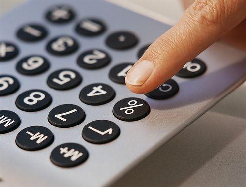 1. Vuistregels In de praktijk van het midden- en kleinbedrijf wordt het gebruik van vuistregels (ook wel multiples genoemd) veel toegepast om de waarde van een onderneming te bepalen. Het gaat daarbij om formules als: 4-6 x de nettowinst 0,75 - 1,2 x de jaaromzet 1 x de intrinsieke waarde + 2 x de nettowinst 3 x EBITDA (Earnings Before Interest, Taxes, Depreciation and Amortization) 4 x EBIT (Earnings Before Interest and Taxes) Deze lijst is oneindig aan te vullen met andere waarden en andere variabelen, zoals een bedrag per vaste klant of abonnee. Binnen een branche is vaak in de loop der jaren een soort consensus ontstaan over welke vuistregel op die markt van toepassing is. Zo is een accountantskantoor bij dezelfde omzet relatief meer waard dan een schoonmaakbedrijf. De vuistregels vertegenwoordigen dus niet een algemeen geldende 'waarheid'. 2. Intrinsieke waarde De intrinsieke waarde geeft aan wat de waarde is van het eigen vermogen van de onderneming: het totaal van de gebouwen, machines, voorraden, liquide middelen en dergelijke, verminderd met de schulden. De boekwaarde van het eigen vermogen geldt daarbij als uitgangspunt, vervolgens worden de stille reserves en belastinglatentie hierop gecorrigeerd. De intrinsieke waarde is slechts een momentopname, dat maakt de methode minder geschikt dan andere, dynamische methoden. Een groot nadeel is dat de intrinsieke waarde slechts iets zegt over de waarde van de bezittingen, maar niet over de potentie om met deze middelen geld te verdienen en dus over de goodwill. 3. Rentabiliteitswaarde Bij waardering volgens de rentabiliteitswaarde kijkt u al wat meer naar de toekomst. Het is een eenvoudige manier om de contante waarde van de te verwachten winst te bepalen. De berekening verloopt in twee stappen. Eerst bepaalt u de 'normale' winst op basis van gemiddelde, genormaliseerde winsten uit het verleden en verwachtingen voor de toekomst. Vervolgens deelt u deze winst door het vereiste rendement op het eigen vermogen. Deze 