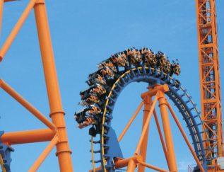 CEO: Henk Roodenburg Plaats: Vlodrop Omzet 2016: 123 miljoen euro FTE: 218 Gemiddelde groei (2012-2016):27,3% Gemiddelde EBIT (2012-2016):7,5% Wie de Efteling of Disneyland weleens heeft bezocht, heeft hoogstwaarschijnlijk in een van de rollercoasters van Vekoma Rides gezeten. Zo komen de Space Mountain, waarbij je als een kogel de lucht in wordt geschoten, en de Python, de spannendste achtbaan van De Efteling, uit de koker van de Vlodropse achtbanenbouwer. Vorig jaar bedacht het bedrijf een soort rechte achtbaan die het vervoer naar het vliegveld in Den Haag aanzienlijk moet versnellen. Vekoma is niet alleen groot in Nederland en Europa, maar ook in bijvoorbeeld Oekraïne, Vietnam en China.