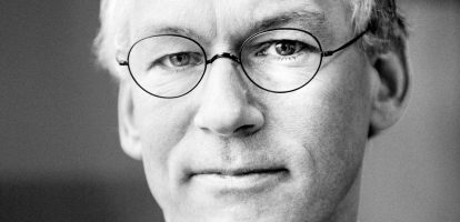 Frans van Houten is erop gefocust om Philips klaar te stomen voor de toekomst, innovatie is een belangrijk onderdeel van zijn strategie. Zo lanceerde hij in zijn eerste jaar bij Philips het Accelerate!-programma, om de kerngedragingen en –doelen binnen het bedrijf vast te stellen. Ook breidde hij het managementteam uit van vier naar tien mensen, met als doel 'het probleem de boardroom in te halen', zo schreef MT eerder.  Philips-man Samen met zijn oudere broer Henk van Houten, CEO bij Philips Research, probeert hij het bedrijf futureproof te maken. Frans van Houten werkt al sinds 1986 voor Philips en bekleedde sindsdien verschillende managementfuncties. Hij startte bij Philips Computer Industrie, in 1993 werkte hij als VP International Sales and Operations en later werd hij hoofd Consumer Electronics. In 2011 volgde hij Gerard Kleisterlee op als algemeen directeur. Kleisterlee werkte tien jaar als CEO voor Philips en bekleedde daarna verschillende bestuursfuncties voor onder meer Vodafone, Dell en Shell. Van Houten nam in 2009 een korte pauze van Philips, hij werkte een jaar als freelance consultant en was daarnaast verantwoordelijk voor de splitsing van bank- en verzekeringsactiviteiten voor de ING. Toch keerde hij al snel terug naar Philips in een managementpositie, waar hij aan de slag ging met het Accelerate!-programma als CEO. Van Houten is bestuursvoorzitter van Philips, VP van Philips Lighting en bestuurslid van Novartis, een Zwitserse medicijnenproducent. Overname Met het overnamenieuws lijkt Van Houten goed op weg te zijn om zijn doelen te bereiken. Philips telt circa 1,7 miljard dollar neer voor Spectranetics, wat neerkomt op 38,50 dollar per aandeel. Daarmee verwacht het bedrijf een omzetstijging op het gebied van beeldgestuurde therapie naar 1 miljard dollar in 2020 en een lange termijnmarge van ruim 15 procent, zo schrijft het FD. Lees ook het uitgebreide interview van MT met Frans van Houten.
