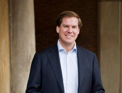 De auteur van dit verhaal is Senior Vice President Northern Europe bij Salesforce.com. Hij focust zich op het digitaal verbinden van bedrijven op een innovatieve manier. Voorafgaand aan zijn rol binnen Salesforce.com was Renzo Taal Senior Vice President bij Philips Lighting.