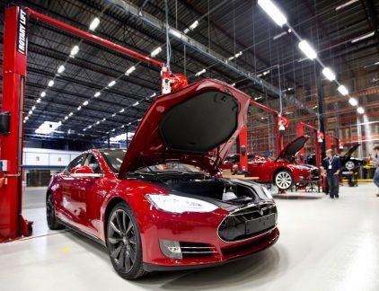 De dashboardcam van Tesla's Model X laat een ongeluk zien dat veel erger af had kunnen lopen. De Tesla rijdt op de automatische pilot op de linkerbaan als een rode Opel Corsa op de auto daarvoor botst. De radar van de Tesla detecteert de botsing zelfs nog voordat de bestuurder van de Corsa dat doet en activeert de noodrem. Bij de laatste update van de software in september maakte Tesla bekend een nieuwe techniek te hebben om radarbeelden te interpreteren. Dat wordt in dit ongeval duidelijk. Wel zijn er vragen over de veiligheid voor andere weggebruikers. 'De bestuurder van het donkere autootje rechts verdient een pluim,' schrijft iemand als reactie. 'Van Tesla: onnodig veel risico op nog een achteroprijder.' Consumentenbond De Amerikaanse consumentenbond Consumer Reports riep Tesla deze week uit tot het meest gewaardeerde merk van 2016 uit. 91 procent van de huidige (Amerikaanse) eigenaren zegt weer een Tesla te willen kopen. Drie mensen zijn naar het ziekenhuis vervoerd, een aantal personen raakte lichtgewond.
