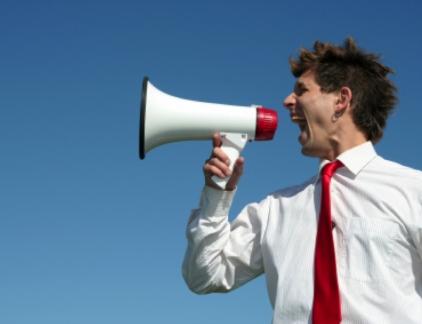 Een leider zet de toon door wat hij of zij zegt. Deze 7 dingen moet je in elk geval niet zeggen. Je autoriteit als leider wordt in belangrijke mate bepaald door wat je zegt. Je uitspraken vormen het beeld dat mensen van je hebben. Hoed je daarom voor verkeerde uitspraken die je leiderschap kunnen ondermijnen door je eigen schuld, zegt Lolly Daskal, ceo van Lead From Within, op Inc.com. Vermijd dus de volgende 7 frasen: #1. Omdat ik het zeg Goed leiderschap betekent het uitdragen van een cultuur van samenwerking, creativiteit en communicatie. Je puur verlaten op je autoriteit slaat dat volkomen dood. Doe dat dus niet. In plaats daarvan: 'Hoe zullen we dit aanpakken?' #2. Wie denk je wel dat je bent? Sterke leiders voeden en versterken de betrokkenheid van hun mensen bij het team, zodat iedereen kan profiteren van elkaars bijdrage. Daarin is geen plaats voor het kleineren van mensen. In plaats daarvan: 'Wat vind jij ervan?' #3. Het is niet mijn schuld Als leider accepteer je de consequenties van je eigen handelen en dat van anderen. Daar zit een meerwaarde aan: je leiderschap wint aan geloofwaardigheid. In plaats daarvan: 'Tot hier en niet verder' #4. Ik heb geen hulp nodig Leiderschap draait om teamgeest, samenwerken en iedereen erbij betrekken. Dat doe je door te sturen, lijnen uitzetten en mensen helpen om te slagen in wat ze doen. En teamgeest werkt twee kanten op. In plaats daarvan: 'We doen het samen' #5. Kan me niet schelen Echte leiders kan het altijd wat schelen. Als je als leider desinteresse toont, ook al gaat het over iets kleins, dan zijn je mensen ook niet gemotiveerd om bij de les te blijven en zich in te spannen. In plaats daarvan: 'Laten we daar samen eens over nadenken' #6. Ik heb het te druk Een goede leider maakt tijd voor zaken die ertoe doen. Prioriteiten stel je niet alleen voor taken van jezelf, maar ook voor die van je team. In plaats daarvan: 'Ik maak er tijd voor vrij' #7. Fouten maken is geen optie Succes is belangrijk, maar falen is geen v