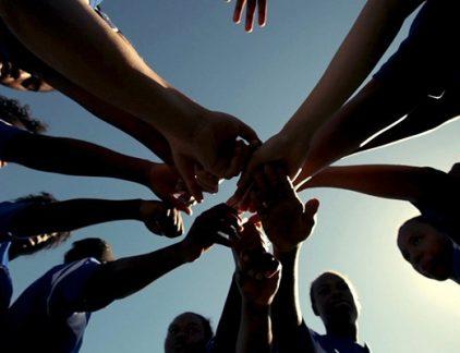 Er broeit een onderhuidse spanning in het team. Tijdens de lunch valt de groep uit elkaar in kleine groepjes die over elkaar roddelen. In vergaderingen lijkt het weinig uit te maken wie een presentatie geeft: elk idee wordt medogenloos afgekraakt. Er wordt nauwelijks samengewerkt en de resultaten blijven achter. Je team is geen team. Een goed team is geen toeval In elke organisatie komen dysfunctionele teams voor. De gemakkelijkste weg is de schuld bij de teamleden te leggen. Ze doen hun best niet om beter met de anderen te overleggen. Maar zoals uit onderzoek blijkt: een goed team is geen toeval. Tussen slechte en goede teams bestaan belangrijke verschillen, en het belangrijkste verschil maak jij, de leider. Hieronder vijf manieren waarop je in ieder geval níet met je team moet omgaan. #1 Creëer een vechtcultuur Je zweert bij onderlinge concurrentie. Door onderling flink tegen elkaar op te boksen, halen de teamleden meer uit zichzelf. Ook zonder dat leiders er bewust voor kiezen, kan vaak een competitieve cultuur in teams ontstaan. Sommige teamleden gaan de groep domineren en anderen trekken zich terug. De leider vindt het allemaal best. Maar de onderlinge sfeer in de groep blijkt de belangrijkste succesfactor te zijn. Binnen de organisatiepsychologie zijn er weinig onderwerpen waar meer onderzoek naar is gedaan dan naar teams. Onder alle eigenschappen waarop teams kunnen verschillen – IQ, teamsamenstelling, leeftijdsverschil, manier van samenwerken etc. – is er één doorslaggevend: het onderling vertrouwen. Het maakt niet uit of je de teams supermoeilijke opdrachten geeft of juist eenvoudige taakjes laat doen. Als het vertrouwen (of de 'psychological safety' zoals het in een grootschalig onderzoek bij Google wordt genoemd) sterker is, worden de prestaties beter. #2 Informeer op basis van 'need to know' Bij jou als leider komen de informatiestromen bij elkaar, je vindt het zonde van de tijd om die informatie te delen. De medewerkers krijgen te horen wat ze voor hun 