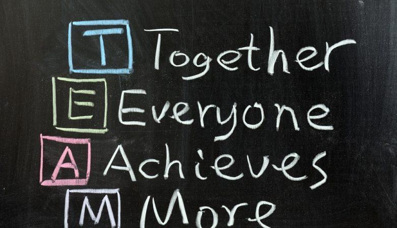 Managers kunnen een team maken of breken. 7 lessen om er een succes van te maken. Managementteams zijn organisaties in het klein, stelt organisatietrainer Tica Peeman. Wat er misgaat in een team is vaak vergelijkbaar met wat er mis gaat op organisatieniveau. In haar nieuwe boek 'Team Management' heeft zij de columns die ze schreef voor Management Team over teamontwikkeling gebundeld. Hier zijn haar 7 belangrijkste lessen voor managers. #1. Een managementteam is de organisatie in het klein We hebben het altijd over voorbeeldgedrag en het belang daarvan. Als het managementteam een conflict heeft met elkaar is de kans groot dat de afdelingen die zij aansturen ook niet goed met elkaar samenwerken, stelt Peeman. 'Als je als managementteam niet aan je eigen teamontwikkeling werkt, laat je feitelijk de hele organisatie in de steek.' Als je als managementteam niet aan je eigen teamontwikkeling werkt, laat je feitelijk de hele organisatie in de steek.' #2. Een groep mensen is nog geen team Ook bij zelforganisatie hebben medewerkers nog steeds heldere gemeenschappelijke doelen en kaders nodig die door het managementteam worden gesteld. 'Mijn zakenpartner Raymond Geurts noemt dat altijd heel mooi: 'het is als de randen van het zwembad. Je mag vrij zwemmen, maar als je tegen de rand botst doet dat zeer.' De kaders moeten duidelijk gesteld worden en daar mogen mensen dus ook niet overheen.' #3. Koester het zwarte schaap In veel teams zijn er zwarte schapen, teamleden die buiten de groep komen te staan. Een zwart schaap heeft juist een antenne voor belangrijke thema's van de groep die op die manier duidelijk worden. 'Ik begeleidde een team dat veel meer resultaatgericht wilde werken. Er was een teamlid die daar duidelijk het meeste talent voor had en die werd juist buitengesloten. Hij representeert feitelijk iets dat het team moet leren. Zo lang zij het op die persoon projecteren hoeven de anderen er niet mee aan de slag. De les is dan om te herkennen welk thema een zwart schaap 