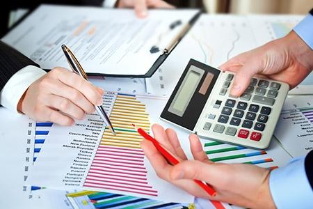 Wie Excel gebruikt voor zijn boekhouding, loopt zoveel risico op fouten dat het risico van faillissement dreigt. Dit zijn voorbeelden van bedrijven waar het misging. Je boekhouding baseren op Excel kan gevaarlijk zijn. Dat programma is zó gevoelig voor fouten en voor fraude dat het kan leiden tot je faillissement. Toch gebruikt nog altijd ruim 70 procent van de multinationals Excel, constateert Sander van Triet, senior product marketingmanager bij Exact. Fraudegevoelig Van Triet waarschuwt voor de mankementen die Excel heeft: 'Het is een erg fraudegevoelig systeem, omdat iedereen wijzigingen in de cijfers kan aanbrengen, zonder dat het zichtbaar is. Er zit geen structuur in Excel en er zit geen standaard of beveiliging op. Je kunt fouten nauwelijks herleiden.' Enron en Imtech Van Triet geeft sprekende voorbeelden van waar dat toe kan leiden: 'Het valt misschien niet zo op, maar bij veel faillissementen speelt Excel een rol. Zoals in 2002 bij Enron en onlangs nog bij Imtech. Ik noem deze voorbeelden ook bij presentaties, klanten begrijpen dan gelijk wat je bedoelt.' Meer dan 100 fouten Onderzoek ondersteunt Van Triets stelling. De TU Delft deed samen met Infotron onderzoek naar het gebruik van Excel. De uitkomst is verontrustend: 'Na onderzoek van 15.000 spreadsheets vonden de onderzoekers in 740 bestanden méér dan 100 fouten', vertelt Van Triet. 'Dat kan grote gevolgen hebben. Ik ken een beursgenoteerd Brits bedrijf dat een foutje vond in zijn spreadsheets, waardoor de pensioenopbouw 8,6 miljoen minder waard was dan gewaardeerd. Dat kostte dit bedrijf 30 procent van de beurswaarde. En het kostte de ceo zijn baan.' Erg gevaarlijk Van Triet concludeert dat het gebruik van Excel 'erg gevaarlijk voor je bedrijfsresultaten' is. Toch houden veel bedrijven vast aan het programma. Sterker nog, ze vergeven het zijn fouten: 'Wist je dat 33 procent van de bedrijven toegeeft fouten door het gebruik van Excel te accepteren?', zegt Van Triet. Gebrek aan overzicht Behalve met fout
