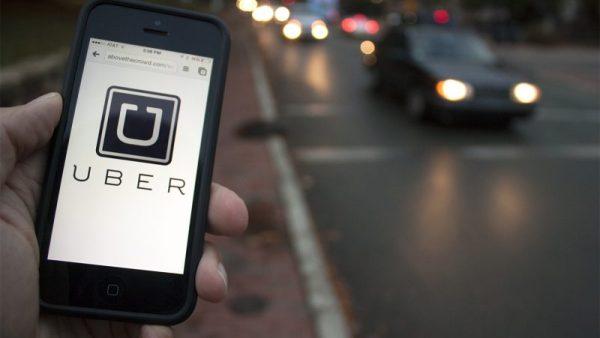 1. Crisis in bedrijfstop Uber Het is alle hens aan dek in de boardroom bij taxi-app Uber. The Wall Street Journal meldde zondag dat Emil Michael, de belangrijkste adviseur van Uber-CEO Travis Kalanick, volgende week opstapt. Ook zou Kalanick zelf een tijdelijke terugtreding overwegen. Hij kreeg onlangs een forse klap te verwerken, toen zijn moeder omkwam bij een bootongeluk. De afgelopen maanden wordt Uber tevens geplaagd door een aantal forse schandalen, waaronder seksuele intimidatie en bedrijfsspionage. Een rapport over de afhandeling hiervan wordt door de bedrijfstop volledig overgenomen - in voorgaande rapporten werd al over het aftreden van Emil Michael gesproken. 2. Macron stevent ook af op meerderheid in parlement De Franse president Emmanuel Macron lijkt met zijn beweging En Marche! ook een meerderheid in het Franse parlement te gaan behalen. In de eerste ronde kreeg LREM ruim 32 procent van de stemmen, waarmee het de gevestigde partijen wegvaagt. Vooral de Parti Socialiste moest het ontgelden: met iets meer dan 10 procent van de stemmen tekent zich een historisch verlies af. Volgens NRC-correspondent Peter Vermaas zou het de partij niet alleen zetels kosten, maar ook het dure partijkantoor in het centrum van Parijs. De tweede ronde is volgende week zondag. 3. Groot deel zzp'ers betaalt geen inkomstenbelasting Hoewel ze wel degelijk belastingplichtig zijn, betaalden bijna vier op de tien zelfstandigen zonder personeel in 2014 geen inkomstenbelasting. Dat komt doordat ze zoveel aftrekposten hebben, dat ze onder de streep niets hoeven af te dragen. Dat schrijft De Volkskrant na een analyse van het CBS. Het gaat in totaal om 314.000 zzp'ers. 4. 'Uitzendkrachten 10 procent duurder' Uitzendkrachten worden de komende jaren naar schatting tot 10 procent duurder. Dat meldt De Volkskrant maandag. De stijging is het gevolg van een fiscale ingreep, waardoor uitzendbureaus niet langer goedkopere premies kunnen uitkiezen. De bureaus konden tot een maand geleden goedkope