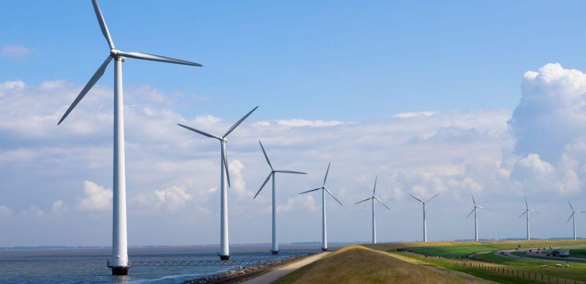 Met meer zonnepanelen en windmolens neemt het belang van stroomopslag toe. Maar de ontwikkelingen zijn hoopgevend. Een toekomstanalyse. Kleinschalige producenten gebruiken het publieke elektriciteitsnet nu als gratis opslag voor zonnestroom. Zodra dat voordeel verdwijnt, zullen er vele duizenden thuis- of buurtaccu's verschijnen. Dat biedt kansen voor batterijbouwers, softwareontwikkelaars en andere toeleveranciers. Zonnepanelen Duurzame energie is veel sterker in opkomst dan gezaghebbende clubs als het IEA (Internationaal Energie Agentschap) ons keer op keer doen geloven. Dat gaat niet alleen op voor windenergie. Vooral de toename van PV-vermogen bij huishoudens (of 'zonnestroom') onttrekt zich aan hun zicht, brengen onafhankelijke instituten als de 'Energy Watch Group' naar voren. Jaarlijkse verdubbeling Hoewel die groei in Nederland langzamer gaat dan bij onze Oosterburen, worden ook hier indrukwekkende cijfers geboekt. Jaar na jaar verdubbelt ons PV-vermogen. Eind vorig jaar stond er bij een kwart miljoen huishoudens en bedrijven al ruim 1 Gigawatt opgesteld, te vergelijken met twee energiecentrales. Deskundigen verwachten dat het zonnestroomvermogen in Nederland tot 2023 door sterk dalende prijzen voor zonnepanelen tot wel 8 à 10 Gigawatt zal stijgen. Grenzen aan het net Goed nieuws? Uit duurzaamheidsoogpunt zeker. Maar de grenzen van ons elektriciteitsnet komen er wel mee in zicht. Want waar moet je die stroom laten als er niet alleen 10 Gigawatt aan zonnestroomvermogen, maar ook nog eens 6 Gigawatt aan windstroom uit windparken op de Noordzee wordt aangesloten? Zoveel energie gebruiken we met zijn allen niet op elk moment van de dag. De grenzen van ons elektriciteitsnet komen in zicht.' Wisselend aanbod Duurzame energiebronnen hebben, per definitie, wisselend aanbod: veel tijdens zonnige of winderige dagen, weinig bij windstil of bewolkt weer. Daarmee raakt de balans tussen vraag en aanbod op het publieke stroomnet steeds verder verstoord. Voorlopig kunnen de