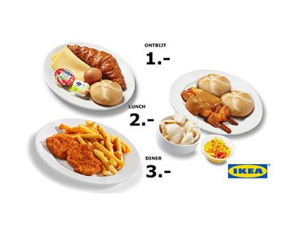 Ikea verdient goud geld, maar de grote winstmakers zijn niet de gerechten die voor een habbekrats in het restaurant worden verkocht. Waarschijnlijk moet Ikea het ook niet hebben van de levensmiddelen in de 'Swedish Food Market'. Het concern verkoopt bijvoorbeeld jaarlijks 150 miljoen 'Köttbulla' (gehaktballen). De omzet van de eettak is rond de 1,5 miljard euro, ruim 5 procent van de totale omzet. Als je zo groot bent, kunt je groot inkopen, en afdingen bij je leveranciers om je kostprijs omlaag te krijgen. Maar dan nog: het foodassortiment van Ikea draagt niet veel bij tot de winst, is hier en daar zelfs sterk verliesgevend. Croissant, pistoletje, gekookt ei, plak kaas, boter, jam en twee koppen koffie: ook Ikea kan dat niet inkopen voor minder dan één euro. Waarom Ikea dan toch van die belachelijk lage prijzen vraagt voor levensmiddelen? Omdat dit indirect wel van enorme waarde is. De voordelen voor Ikea op een rij. #1. Contact met de klant Om te beginnen kan Ikea zo makkelijk aan contactgegevens van klanten komen. Om te kunnen profiteren van allerlei aanbiedingen moet je namelijk een vaste klantenkaart hebben, de zogeheten IKEA Family pas. Alleen als je zo'n pas hebt en lid bent van de 'Ikea-familie' krijg je bijvoorbeeld gratis koffie of thee. Ikea betaalt graag voor dat kopje, omdat ze jou vervolgens regelmatig de befaamde Ikea-catalogus kan toesturen en aanbiedingen kan doen. #2. Magneetwerking Door eten en drinken extreem laag te prijzen, trekt Ikea massa's bezoekers. Gepensioneerden schijnen dol te zijn op het IKEA-ontbijt, veel ZZP'ers vergaderen er 's ochtends of werken een paar mailtjes weg (wifi is gratis en snel). Waar veel fysieke winkels het in dit digitale tijdperk moeilijk hebben om mensen te lokken, zit het Ikea-restaurant altijd vol. En niet alleen bij het ontbijt, maar ook voor de goedkope lunch of avondmaaltijd. Gevolg: geen echte piek- en daluren in de winkel, maar een continue toestroom. En reken maar dat veel bezoekers ook even wat kopen, te 