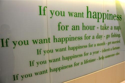 Geluk is trendy. Diverse bedrijven hebben een chief happiness officer, die het geluk van werknemers moet bevorderen. Hele tijdschriften zijn aan het thema gewijd, boeken verschijnen met titels als 'Werkgeluk', of 'De geluksprofessor'. Er moet iets aan de hand zijn. Meestal wordt iets belangrijk als het er niet is. Blijkbaar zijn wij voldoende ongelukkig om behoefte te hebben aan veel informatie over het verkrijgen van geluk. Toegenomen stress In mijn praktijk valt mij op dat veel jonge mensen hoge eisen stellen aan de voldoening en zingeving die werk hen levert. Zij willen gelukkig zijn met wat ze doen en worden veel minder dan voorheen verleid met arbeidsvoorwaarden, zoals een leaseauto, telefoon en bonussen. Geluk vormt soms wel een buffer voor de structureel toegenomen en aanhoudende stress. We moeten tenslotte nog heel lang door met die opgerekte AOW leeftijd en ongelukkige en gestresste mensen houden het niet lang vol. Geluk of mazzel We willen heel graag gelukkig zijn, maar is geluk wel maakbaar? Kunnen we streven naar geluk of is geluk gewoon mazzel? De een heeft het en de ander moet het ontberen. Het klinkt mogelijk wat teleurstellend, maar voor een fors deel is de geluksbeleving is een gegeven. Dr. Sonja Lyubomirsky, professor psychologie aan de Universiteit van Californië, wijdde haar hele academische carrière tot nu toe aan onderzoek naar geluk. Wat zorgt voor geluk? Hoe kan geluk blijvend zijn? Wat is de bijdrage van materie aan het geluk? Dit soort vragen probeert Lyubomirsky te beantwoorden met haar onderzoeken. Ontwikkelingsruimte In een onderzoek naar de verschillen tussen mensen met betrekking tot de geluk beleving vond Lyubomirsky, dat geluk voor 50% aanleg moet zijn en daarnaast voor ca. 10% door omstandigheden wordt beïnvloed. Daar ben je mooi klaar mee. Geluk is dus voor een belangrijk deel iets dat je overkomt. Ho! Er is nog 40% over en daarmee kan je de geluksbeleving in sterke mate beïnvloeden. Je moet er wel wat voor doen, maar feitelijk is 