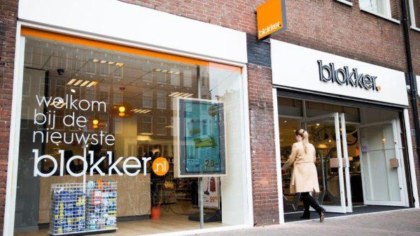 1. Blokker-merken in de uitverkoop De tegenslagen in de winkelstraat zijn nog niet voorbij. Blokker Holding liet gisteren weten alle winkelketens behalve Blokker te verkopen. Dat zijn Marskramer, Leen Bakker, Bart Smit, Maxi Toys, Intertoys en Big Bazar. Het aantal fillialen van winkelketen Blokker wordt teruggebracht van 553 naar 453, daardoor alleen al komen bijna 2.000 mensen op straat te staan. De fillialen van Blokker die sluiten zouden 'structureel verliesgevend zijn'. Voor de mensen die hun baan verliezen is er een plan gemaakt met de vakbond. Er zullen nog meer mensen op straat komen te staan bij de verkoop van de overige winkels, al is de bedoeling om deze intact te verkopen. 2. Klap voor internationale betrekkingen na gesprek Trump en Russen Het Trump-dossier kent maar geen einde: nu blijkt dat de Amerikaanse president Donald Trump tóch geheime informatie heeft gedeeld met de Russische minister van Buitenlandse Zaken, Sergej Lavrov. Maandag berichtte de Washington Post hierover, en ontkende het Witte Huis in alle toonaarden. Trump stuurde een tweet de wereld in waarbij hij aangaf dat hij inderdaad geheime informatie gedeeld had, waarna een mediacircus losbarstte. Laatste nieuws: die geheime informatie over een aanslag van IS via laptops in vliegtuigen komt (deels) uit Israel. Hoewel Trump zich niet aan geheimhouding hoeft te houden, kan dit de politieke betrekkingen wereldwijd op spanning zetten. Dat meldt de Amerikaanse krant The New York Times. 3. Facebook gebruikt gevoelige data gebruikers zonder toestemming Facebook is flink op de vinges getikt voor de Autoriteit Persoonsgegevens (AP) na uitvoerig onderzoek over dataverzameling. Dat meldt het FD. Blijkbaar verzamelt Facebook data in Nederland van gebruikers die in overtreding is met onze privacywetgeving. Facebook informeert zijn gebruikers onvoldoende over wat er met hun informatie gebeurt. Daarnaast wordt gevoelige informatie gebruikt zonder toestemming. Zo kregen vele mannen de laatste tijd adverten