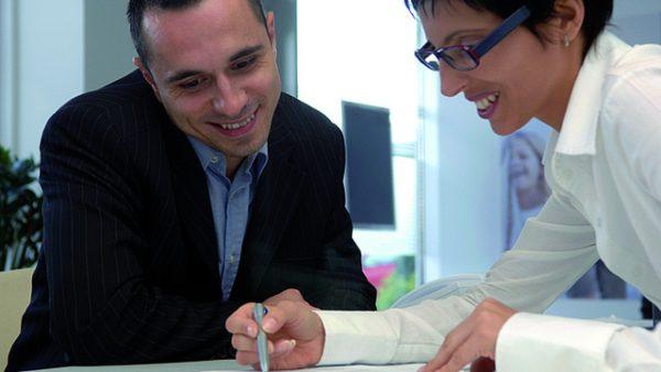 Voldoet niet iedereen binnen het team aan alle functie-eisen? Geen probleem. Belangrijker is dat de kwaliteiten van medewerkers elkaar aanvullen, stelt Charissa Freese, docent aan de TIAS Business School. 35 miljoen Jaarlijks besteedt de gemiddelde manager 210 uur aan beoordelingsgesprekken. Het kost een bedrijf met 10.000 medewerkers ieder jaar zo'n 35 miljoen euro. Niet gek dus dat veel bedrijven het tegenwoordig anders probeert te doen. Zo is organisatieadviesbureau Accenture al gestopt met het houden van jaarlijkse beoordelingsgesprekken, evenals Microsoft en Deloitte. Vaak op het negatieve Het doel van beoordelingsgesprekken is dat medewerkers beter gaan presteren en gemotiveerder worden. Maar uit wetenschappelijk onderzoek blijkt juist dat het tegenovergestelde waar is. De gesprekken richten zich namelijk vaak op het negatieve. Alle medewerkers worden langs dezelfde meetlat gelegd, terwijl iedere medewerker andere kwaliteiten heeft. De focus tijdens de gesprekken ligt vaak op het wegwerken van tekortkomingen. Voor veel medewerkers is het gesprek dan ook een frustrerende ervaring, waarbij ze het gevoel hebben dat het gesprek meer gaat over hun zwakke punten dan over hun kwaliteiten en prestaties. Voor veel medewerkers is het beoordelingsgesprek een frustrerende ervaring' Alternatief Het beoordelingsgesprek voldoet dus niet aan het doel waarvoor het is ontwikkeld en moet in de huidige vorm worden afgeschaft, stelt Freese. Een alternatief dat volgens haar beter werkt: Benader medewerkers individueel en erken en ontwikkel hun talenten. Ga zonder papierwinkel met de medewerker in gesprek over hoe die zijn unieke kwaliteiten kan inzetten om bij te dragen aan de doelen van de organisatie. Als input kan een medewerker klanten of collega's uitnodigen om feedback te geven op de geleverde prestaties. Of anderen vragen om te beschrijven hoe hij is als hij in zijn element is. Klinkt als een utopie? Niet helemaal. Uit wetenschappelijk onderzoek blijkt dat voortbouwen op ste