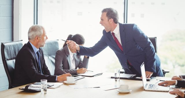 We hebben er een handje van, deze 'jeukwoorden', ofwel kantoortaal. En toch doen de meeste mensen het wel. Iedereen kent de termen inmiddels toch wel. In Engeland kunnen ze er op kantoor ook wat van, blijkt uit deze lijst van GetVoip. We moeten met elkaar 'doorpakken' om dat ene 'game changing' idee waar te maken. Als iedereen met termen als 'innovatief', 'stakeholder' en 'corebusiness' blijft rondstrooien, wat betekent het dan nog? Dan zou iedere manager altijd met 'targets' bezig zijn, 'out-of-the-box denken' en met de juiste teamsamenstelling 'scrummen' voor de meest effectieve aanpak van een project. Deze jeukwoorden verliezen hun betekenis, dus vermijd ze vooral op kantoor. Ken jij alle 25 jeukwoorden al? Afbeelding via Dashmote.