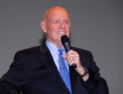 Managementgoeroe Stephen Covey werd wereldberoemd vanwege zijn boek 'de zeven eigenschappen van effectief leiderschap'. De belangrijkste managementlessen op een rij. Het aanbod aan management theoriën, ideeën en modellen barst uit zijn voegen. Als moderne manager heb je weinig tijd om om ze door te spitten op zoek naar dat ene pareltje, dus helpt MT je uit de brand. Deze week dé goeroe van persoonlijke ontwikkeling: Stephen Covey met zijn zeven (maar eigenlijk acht) eigenschappen van effectief leiderschap. Dit is een publicatie uit de 100 Business Bites door Machiel Emmering en Remy Ludo Gieling. De Amerikaanse managementgoeroe Steven Covey is heer en meester op het gebied van self-improvement. Na zijn bestseller De zeven eigenschappen schreef hij het even dikke vervolg met daarin de achtste eigenschap. Het materiaal werd legendarisch, met een flink aantal spin-offs en een wereldwijd zakenimperium eromheen. Het gaat steeds om één set principes waarmee je jezelf kunt verbeteren. En zo valt dat hele oeuvre samen te vatten in de volgende regels. Naar onafhankelijkheid (beheersing van jezelf): 1. Wees proactief: word regisseur van je eigen leven; accepteer dat als je iets wilt, je het zelf actief moet regelen. 2. Begin met het eind voor ogen: begin voordat je ergens aan begint met het einddoel in gedachten, visualiseer de doelen die je wil bereiken en bedenk wanneer een project geslaagd is. 3. Belangrijke zaken eerst: stel prioriteiten en doe wat ertoe doet, verspil je tijd niet aan dat wat niet aan de doelen bijdraagt. Naar wederzijdse afhankelijkheid (beheersing van relaties): [advertorial] 4. Denk win-win: realiseer je dat andermans doelen ook erkend moeten worden, naast dat jij je doelen wilt bereiken. Denk dus win-win ('Hoe worden we allebei beter van onze samenwerking?'). 5. Eerst begrijpen, dan begrepen worden: luisteren is een belangrijker element van communicatie dan spreken. Begrijp de beweegredenen van anderen voordat je zelf begrepen wilt worden. 6. Synergie
