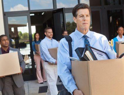 De 'baan' is uit, 'werk' is in. Hoezeer politici ook mogen roepen – vooral tijdens verkiezingstijd – dat werkgevers meer mensen in dienst moeten nemen, hun uitspraken getuigen van weinig realiteitszin. Het aantal flexwerkers stijgt en zal voorlopig blijven stijgen. De afgelopen jaren groeide het aantal flexbanen bijna 5 keer zo snel als het aantal vaste banen. Volgens TNO zou de flexibele schil in 2015 25 procent van het personeelsbestand uitmaken, en in 2020 30 procent. Projectmatig werken Vooral onder jonge mensen begint het idee van de vaste baan weg te sterven. Als nieuwkomers op de arbeidsmarkt hebben ze minder kans op een van de spaarzame vaste contracten. Daarnaast staan ze er zelf vaak anders tegenover: ze willen zich niet committeren aan een carrière, en ze willen hun tijd langer verdelen onder reizen of vrijwilligerswerk. In de veelbekeken TED-lezing Re-imagining the Future of Work schetst de Amerikaanse ondernemer Sally Thornton (zelf oprichter van een flexwerkbureau) de toekomst van werk. In plaats van door te buffelen tot ons pensioen, waarna we pas tijd hebben om echt van het leven te genieten, gaan werk en privéactiviteiten elkaar afwisselen. Eén baan verandert in een serie projecten, sommige gelijktijdig, waaronder vrijwilligerswerk. Wat vroeger de 'baan' was, heet dan 'projectmatig werken'. De gevolgen Wat zijn de gevolgen voor werknemers en opdrachtgevers? Drie experts met uiteenlopende achtergronden geven hun mening. Elkaars personeel opleiden Marjolein Risseeuw, generatiestrateeg en auteur van Zo X! en Het generatiespel 'In de generaties is een duidelijke trendbreuk te zien bij de werknemers die nu rond de 25 jaar zijn. Mensen boven die leeftijd hebben gekozen voor een bepaalde carrière en baseren hun persoonlijke ontwikkeling op die keuze. Wat ze naast hun werk doen, staat vaak in dienst van het streven om op dat gebied verder te komen. Jongeren hebben daarentegen hun persoonlijke ontwikkeling als belangrijkste doel, waarbij ze zich breder oriën