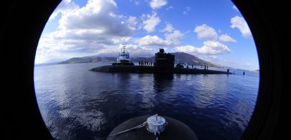 """Als kapitein van een nucleaire onderzeeër deed David Marquet iets wat tegen de natuur en de regels van de marine inging: hij stopte met het geven van bevelen. Zijn boek over de aanpak 'Het roer om' is nu ook in het Nederland verschenen. MT sprak met hem. De USS Sante Fe, de nucleaire onderzeeër onder leiding van Marquet, was nog nèt niet het lachertje van de vloot. Het verloop onder de 135-koppige bemanning was gigantisch en de boot fungeerde als een voorbeeld van hoe het niet moest aan de officiersopleiding. David Marquet, die in 1999 het bevel kreeg, maakte van de Santa Fe in twee jaar een van de meest succesvolle schepen van de vloot. De manier waarop hij dat voor elkaar kreeg, ging dwars in tegen de gebruiken en soms ook de regels bij de marine. Hij stopte met het geven van bevelen en legde steeds meer bevoegdheden lager in de organisatie. Zeker op een nucleaire onderzeeër, waar traditioneel elke kleine beslissing tot de verlofroosters aan toe door de gehele hiërachie wordt gecheckt, was zijn werkwijze een revolutie(verlofroosters moeten officieel door een officier getekend worden). 'In plaats van de informatie door te spelen aan iemand met gezag, moet het gezag naar diegene met informatie', zegt Marquet. """"Ik vroeg de bemanning niet te vragen 'wat moet ik doen', maar mij te vertellen 'ik ga dit en dit doen'. Waarom schreef u dit boek? 'De USS Sante Fe was een succesverhaal. Maar goed, er zijn wel meer succesverhalen. Het idee om het op te schrijven kwam toen ik inzag dat uiteindelijk 10 van mijn voormalige officieren kapitein waren geworden en met de onderofficieren was iets vergelijkbaars gebeurd. Dat was heel uitzonderlijk. Door mensen lager in de hiërarchie meer zeggenschap en controle te geven waren er, letterlijk, leiders opgestaan. Overigens had de marine het zelf niet door, dat veel van hun officieren ooit op hetzelfde schip hadden gediend. Wat was het wat u deed? 'Mensen werden weer eigenaar. Het probleem van heel veel organisaties is dat het eigenaarsch"""