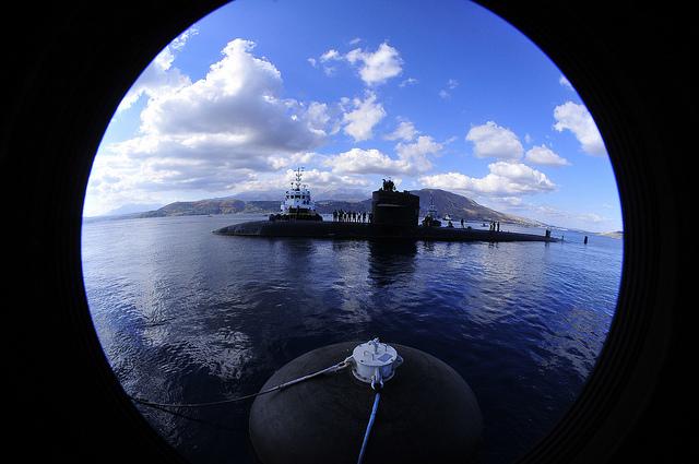 Als kapitein van een nucleaire onderzeeër deed David Marquet iets wat tegen de natuur en de regels van de marine inging: hij stopte met het geven van bevelen. Zijn boek over de aanpak 'Het roer om' is nu ook in het Nederland verschenen. MT sprak met hem. De USS Sante Fe, de nucleaire onderzeeër onder leiding van Marquet, was nog nèt niet het lachertje van de vloot. Het verloop onder de 135-koppige bemanning was gigantisch en de boot fungeerde als een voorbeeld van hoe het niet moest aan de officiersopleiding. David Marquet, die in 1999 het bevel kreeg, maakte van de Santa Fe in twee jaar een van de meest succesvolle schepen van de vloot. De manier waarop hij dat voor elkaar kreeg, ging dwars in tegen de gebruiken en soms ook de regels bij de marine. Hij stopte met het geven van bevelen en legde steeds meer bevoegdheden lager in de organisatie. Zeker op een nucleaire onderzeeër, waar traditioneel elke kleine beslissing tot de verlofroosters aan toe door de gehele hiërachie wordt gecheckt, was zijn werkwijze een revolutie(verlofroosters moeten officieel door een officier getekend worden). 'In plaats van de informatie door te spelen aan iemand met gezag, moet het gezag naar diegene met informatie', zegt Marquet.