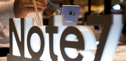 De zaken lijken er slecht voor te staan bij Samsung. In een paar weken tijd werd niet alleen het vlaggenschip Galaxy Note 7 meer dan 3 miljoen keer teruggeroepen, maar werd ook de gehele productie van de smartphone stopgezet. De schade die het bedrijf door deze terugroepactie oploopt wordt geschat op zo'n 6 miljard dollar (5,5 miljard euro). Grotere zorgen zijn er echter voor het imago van het Zuid-Koreaanse bedrijf: wie durft het volgende model van de elektronicaconcern aan te schaffen? De waarde van het bedrijf wordt door Branding Consultancy bureau Interbrand geschat op 51,8 miljard dollar (meer dan 47 miljard euro). Veel Amerikaanse voorspellers op het gebied van tech zien de toekomst van Samsung niet al te rooskleurig in en waarschuwen voor concurrenten die in echt gat zullen springen dat Samsung met deze actie achterlaat. Een analist durfde zelfs te beweren dat Apple 5 tot 7 miljoen extra klanten zal krijgen door deze terugroepactie. Hoeveel zorgen moet Samsung zich maken? Volgens HBR niet zoveel als de doemdenkers hierboven ons graag laten geloven. Drie redenen waarom het bedrijf zonder al teveel schade deze crisis gaat overleven: Trouw klantenbestand isoleert het merk We hebben dit soort terugroepacties eerder gezien bij grote merken. In 2009 en 2010 riep Toyota meer dan acht miljoen voertuigen terug nadat verschillende defecten leiden tot serieuze ongelukken. Experts voorspelden de meest verschrikkelijke imagoschade, maar toen Toyota-rijders in 2010 in een onderzoek gevraagd werd naar hun mening over het merk, kwam een ander beeld naar voren. Het overgrote deel van de eigenaren was heel erg tevreden met hun voertuig. Ondanks de terugroepactie gaf de meerderheid aan wederom een Toyota aan te schaffen in de toekomst en werd het merk bestempeld als een van de meest betrouwbare. Hetzelfde zal naar alle waarschijnlijkheid gelden voor Samsung. In het tweede kwartaal van 2016 werden meer dan 78 miljoen smartphones verkocht. In het derde kwartaal, waarvan de cijfer