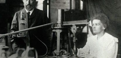 omas Andrews – Titanic De Ierse Thomas Andrews Jr. (1873-1912) was als scheepsbouwer betrokken bij de bouw van de Titanic. Als hoofdontwerper zorgde hij ervoor dat het schip zijn vorm kreeg. Andrews voer mee op de eerste, beruchte reis van het schip, dat richting de Verenigde Staten koerste. Nadat het schip ernstige schade had geleden, hielp Andrews passagiers tijdens de evacuatie. Volgens een ooggetuige ging hij vervolgens het schip binnen en nam plaats in één van de chique vertrekken en ging met het schip ten onder. In de gelijknamige film komt Andrews ook voor. De Amerikaanse acteur Victor Garber speelt de uitvinder in de Titanic-film. William Bullock – Rotatiepers William Bullock (1813 – 1867) was de man achter de rotatiepers, waarmee een pers van rol tot rol kan afdrukken. De Amerikaanse uitvinder kwam met zijn voet vast te zitten tijdens een test van een van zijn prototypes die hij installeerde voor de 'Philadelphia Public Ledger' krant. De rotatiepers, die een revolutie ontketende in de print industrie, koste Bullock uiteindelijk niet alleen zijn voet, maar ook zijn leven. De wond die na de amputatie ontstond raakte geïnfecteerd en betekende de dood van deze uitvinder. Alexander Bogdanov – Bloedtransplantatie De Wit-Russische Alexander Bogdanov (1873-1928) heeft een indrukwekkend cv: hij was niet alleen filosoof, maar ook science fiction schrijver, revolutionair Bolshevik en medicus. Een uitvinding op dit laatste gebied heeft hem de kop gekost. In 1924 startte Bogdanov met experimenten met bloedtransfusie, in de hoop eeuwige jeugdigheid vast te kunnen houden. Na elf bloedtransfusies dacht hij deze daadwerkelijk gevonden te hebben: zijn zicht werd naar eigen zeggen beter, evenals de hoeveelheid haar op zijn hoofd. De twaalfde keer werd hem echter fataal, nadat hij zichzelf bloed toediende van een student die zowel malaria als tuberculosis had. Franz Reichelt – Parachute Wikipedia - flying_tailor De Oostenrijkse Franz Reichelt (1879-1912) werkte al een tijd als
