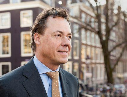 Wie nog steeds wrok koestert tegen financiële instellingen, elke bankier een graaier vindt en verzekeraars oplichters, wil ik even waarschuwen. Ik ga in dit stukje opkomen voor Ralph Hamers. Ja, Hamers, de baas van ING. De man die in 2015 30 procent loonsverhoging kreeg en nu 7000 banen schrapt. De ING-topman kreeg begin oktober bakken hatelijkheden over zich uitgestort en dat is niet terecht. De redenering – je hoorde hem vooral in België, maar ook in Nederland- dat een topman geen loonsverhoging zou mogen krijgen omdat hij mensen ontslaat, is nogal krom. Ten eerste is reorganiseren, en dus ook mensen ontslaan zijn baan. Het hoort erbij, en het is zelfs een van de minst prettige kanten van zijn werk. Tegenover de plicht vervelende beslissingen te moeten nemen, staat een riant inkomen. Te riant? Daar valt wat voor te zeggen nu blijkt dat de gemiddelde bankbaas 13,4 keer meer verdient dan de gemiddelde werknemer. Maar dat is een andere discussie. Er is nog een reden waarom het nogal goedkoop is de ontslagen bij ING en de loonsverhoging van Hamers aan elkaar te koppelen. De huidige reorganisatie is geen bezuinigingsoperatie met als enige doel de kosten omlaag brengen. Als dat wel het geval zou zijn, dan zou je van de topman inderdaad loonmatiging mogen verwachten. Een baas die van zijn personeel loonoffers vraagt, het werknemersbestand uitdunt, niet investeert en zelf beter wordt beloond, is een slechte baas. Maar waar Hamers mee bezig is, is geen ordinaire kostenoperatie. Dat is ook niet echt nodig – de bank maakt namelijk winst. Wat Hamers weghaalt door het personeelbestand in te krimpen, investeert hij weer in IT. Hij is bezig ING te transformeren van een ouderwetse bank naar een moderne financiële dienstverlener, omdat hij denkt dat dat de enige manier is om de toekomst van ING veilig te stellen. Hij heeft een visie, en de raad van commissarissen is hem daar klaarblijkelijk zo dankbaar voor, dat hij loonsverhoging krijgt.