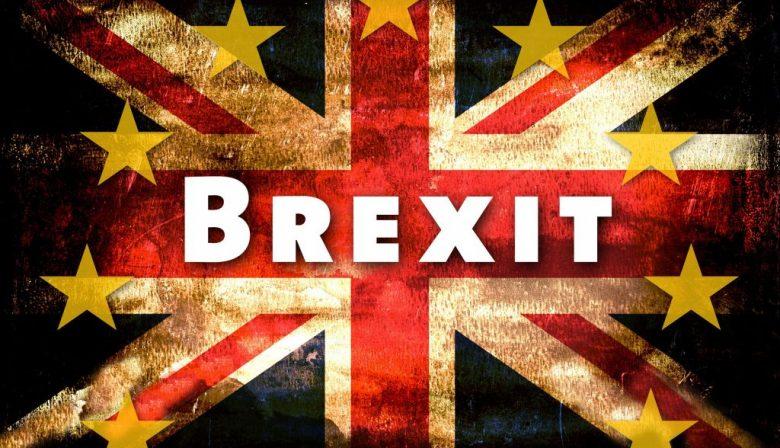 1. May bereid om 100 miljoen te betalen voor Brexit Het lijkt erop dat de Britse premier, Theresa May, bereid is om voor de Brexit het dubbele bedrag te betalen aan de EU dan zij eerder aangaf. NRC meldt op basis van Britse media dat het zou gaan om 100 miljard euro. Rekening houdend met de aftrek van de geldstroom vanuit de EU naar het Verenigd Koninkrijk zou hiervan zo'n 50 miljard overblijven, meer dan het dubbele bedrag dat May eerder aangaf te willen betalen. Er wordt flinke druk op de premier uitgeoefend in haar thuisland, om de onderhandelingen zo snel mogelijk af te ronden. Ook Britse critici zouden aan boord zijn met deze deal, maar een officiele bevestiging moet nog volgen. 2. Tesla op eerste plaats met verkoop elektrische auto's Met de enorme verkoop van de 'S' en 'X'-modellen van Tesla, staat de autofabrikant wereldwijd op nummer 1 als verkoper van elektrische auto's. Tussen januari en september dit jaar werden in totaal 57.000 elektrische auto's verkocht, dat is 33 procent meer dan vorig jaar. Tesla wordt op de hielen gezeten door een aantal Chinese fabrikanten, waar de markt voor elektrische auto's enorm is. Het bedrijf van Elon Musk investeert echter ook miljoenen in de productie van nieuwe modellen. 3. Euronext neemt Irish Stock Exchange over voor 100 miljoen De beurs van Dublin, Irish Stock Exchange (ISE), wordt hoogstwaarschijnlijk begin volgend jaar overgenomen door Euronext. De overnamegesprekken zouden in een laatste stadium zijn en aandeelhouders van ISE zijn bereid hun aandeel te verkopen aan Euronext. Met de overname zou een bedrag van 100 miljoen gemoeid zijn, maar de deal moet nog worden goedgekeurd door de toezichthouders. ISE is altijd zelfstandig gebleven, waar Euronext is ontstaan uit een fusie van verschillende beurzen. 4. Apple komt met update voor ernstig beveiligingslek Apple heeft zojuist een update uitgebracht voor het lek dat was ontstaan in de beveiliging. Kwaadwillenden konden bij een vergrendelde Mac inbreken, door 'root' in t