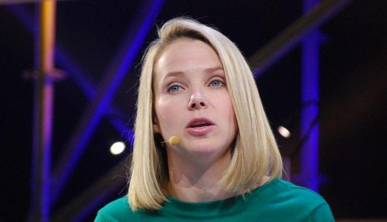 1. 'Yahoo scande e-mails voor US overheid' Yahoo scande in het geheim honderden miljoenen e-mails van de eigen gebruikers en stuurde waar gevraagd informatie door aan de Amerikaanse overheid, zo melden drie anonieme bronnen aan Reuters. Of er informatie werd doorgestuurd en zo ja welke is niet duidelijk, wel dat er werd gezocht op specifieke tekens en teksten binnen de berichten. Om de informatie door te sturen naar de inlichtingendiensten, naar verluid NSA en FBI, bouwde het bedrijf een zoekmachine die de data analyseerde. Voor zover bekend is het de eerste keer dat een groot tech-bedrijf actuele informatie doorstuurt. 2. Bedrijvenkopers houden de hand op de knip Er zijn 20 procent minder bedrijven overgenomen in Europa in het derde kwartaal dan een jaar eerder, zo berekende MergerMarket. Het aantal overnames in de zomerperiode komt daarmee uit op 1323. Die voorzichtigheid komt volgens de marktonderzoekers door angsten uit het politieke speelveld: met aankomende verkiezingen in Frankrijk en Duitsland en een referendum in Italië over grondwetshervorming. Het Verenigd Koninkrijk is een uitzondering: de lage waarde van de Pond maakt de bedrijven daar een relatief koopje. 3. Nina Brink eist meer geld World Online Voormalig topvrouw Nina Brink wil nog steeds geld zien van de befaamde World Online-beursgang en staat opnieuw voor de rechter om dat voor elkaar te krijgen. Net voordat het bedrijf dat onder haar hoede naar de beurs ging zou het bedrijf van grootaandeelhouder Dik Wessels, bij monde van de directeur, haar een bonus hebben toegezegd van in totaal 182,7 miljoen euro, zo meldt RTLZ. Om dat geld 16 jaar na dato alsnog te krijgen moet Brink eerst aantonen dat de claim niet verjaard is, daarvoor heeft ze tot 25 oktober van dit jaar. Tegen Quotenet heeft gedaagde Wessels ontkend dat Brink recht heeft op het geld. 4. Fiscus moet fiscus naheffen De Belastingdienst kan een stevige naheffing verwachten van de Belastingdienst. Nee dat is geen type-fout: de overheid wil vo