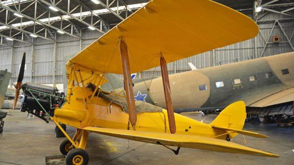 """Begin vorige eeuw was vliegen nog écht spannend. Tot 1910 waren eigenlijk alleen pionierende uitvinders met vliegtuigen aan het knutselen. Maar tijdens de decennia daarna kwam het grote geld en werd er steeds sneller en steeds verder gevlogen. Toch moesten er nog wel wat kinderziektes worden overwonnen: het aantal ongelukken lag in elk geval een stuk hoger dan nu. Vandaar ook het dringende advies om vliegtuigontwerpers mee te laten vliegen met de testvluchten van de door hen ontworpen toestellen:""""Dat zorgt effectief voor de Darwinistische uitroeiing van slecht vliegtuigontwerp. Laat vliegtuigontwerpers mee vliegen op testvluchten Ongelukken in de lucht ontstonden soms al op de grond. Bij stilstand op een vliegveld werden bijvoorbeeld de losse onderdelen van het vliegtuig vastgezet, om te voorkomen dat ze beschadigd raakten door stevige rukwinden. Maar eenmaal in de lucht geldt: geen beweging in de rolroeren, het hoogteroer of richtingsroer, dan ook geen controle over de vlucht. Dus als de piloot vergat om die vergrendeling los te maken voor vertrek, waren hij en zijn passagiers hun leven niet zeker. Zo'n probleem kun je op twee manieren oplossen. Je kunt het uitleggen aan de piloten, een herinnering ophangen in de cockpit en het losmaken van de vergrendeling toevoegen aan de checklist voor opstijgen. Laten we dat een 'concrete oplossing' noemen. Een veel effectievere oplossing is er één op systeemniveau. Als je een schakelaartje in het vliegtuig inbouwt, wat ervoor zorgt dat de motor niet kan starten als alles nog vastzit, dan weet je zeker dat het niet meer mis gaat. Ook niet als iemand een menselijke fout maakt in het volgen van de checklist. Elk goedwerkend systeem is krachtiger dan honderdduizend van de allerbeste intenties. Neem bijvoorbeeld 'sporten'. Voor veel mensen is dat een probleem. Ze zouden vaker willen sporten, maar ze doen het niet. Hoe los je dat op? Met een concrete oplossing kun zou je ervoor kiezen om je auto een kilometer voor je huis aan de kan"""