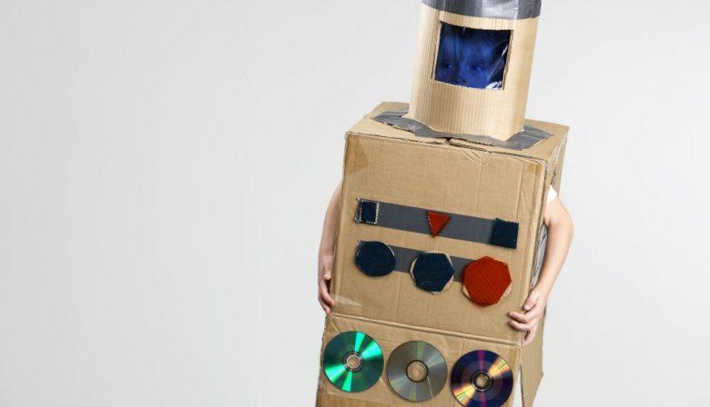 De SER presenteerde onlangs een eerste advies over de impact van robotisering en digitalisering op de werkgelegenheid. De korte samenvatting: hoeveel banen er gaan verdwijnen is onduidelijk, maar het zal zeker ten koste gaan van lager- en middelbaar opgeleiden. De SER hamert op het belang van permanente scholing. Dat maakt werknemers wendbaar. Voorspellen dat robotisering en digitalisering 'in elk' geval het midden en de onderkant van de samenleving zullen gaan treffen, is struisvogelpolitiek. Ook op HBO- en WO-niveau gaan banen verdwijnen en zullen bestaande functies door de technologische ontwikkelingen veranderen. En dat gaat in een veel hoger tempo dan we denken. Zijn de overheid en het onderwijssysteem in Nederland daar wel op voorbereid? In de financiële wereld zijn deze veranderingen namelijk nu al zeer tastbaar. Checken van de boeken is geen hoofdzaak meer Neem de functie en vaardigheden van de toekomstige financieel specialist. Als door robotic accounting het verwerken van transacties automatisch gaat, verandert de financiële organisatie wezenlijk. De belangrijkste taak is niet langer het checken van de boeken. Het gaat om waarde toevoegen aan de onderneming. De financieel specialist van de toekomst komt op basis van de cijfers tot strategische inzichten. Het wordt een zoektocht naar innovatie en nieuwe business-kansen, in plaats van verslaglegging. Boekhouders en administratieve afdelingen die cijfers inkloppen en facturen verwerken, zullen gaan verdwijnen. De nieuwe werknemers op de financiële afdeling zullen inzichten leveren door koppelingen te leggen tussen data en verschillende informatiestromen. Dat wil zeggen data uit financiële systemen koppelen aan gebeurtenissen die bijvoorbeeld in de logistiek plaatsvinden. Wat men tegenwoordig (big) data analytics noemt. Onderwijs mist de aansluiting De grote vraag is of de mensen er ook zijn die dit werk straks uit kunnen voren. In de sector bestaan hier terecht veel zorgen over. Wanneer je kijkt naar de huidi