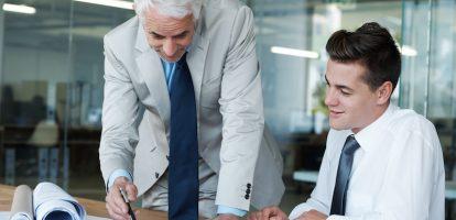 Schreven we eerder al een artikel over wat managers vooral niet moet doen om werknemers gemotiveerd te houden, hier een aantal punten met een positieve inslag. Wat moet je juist wél doen om demotivatie buiten de deur te houden? Onder de zeven punten die managers moesten zien te voorkomen waren onder andere het maken van irrelevante regels en het zomaar voorbij laten gaan van behaalde prestaties. Als managers deze punten eenmaal geëlimineerd hebben uit hun werkwijze, is het tijd om ze te vervangen door positieve lessen om personeel gemotiveerd te houden. #1 Volg de platinum regel De Gouden Regel luidt: 'Behandel anderen zoals je zelf behandeld zou willen worden'. Hierin zit de aanname dat iedereen hetzelfde behandeld zou willen worden. Het houdt geen rekening met het feit dat mensen door verschillende zaken gemotiveerd raken, en dus op dat vlak niet allemaal hetzelfde behandeld moeten worden. Voor de ene persoon kan erkenning al genoeg voldoening opleveren, een ander wil graag uitgebreid in het zonnetje gezet worden. De platinum regel, waarbij het belangrijk is om mensen te behandelen zoals ze zelf behandeld willen worden, levert daarom meer op. Goede managers lezen hun medewerkers, en passen daar hun gedrag op aan. #2 Wees sterk, zonder bot te zijn Kracht is een belangrijke kwaliteit als leider. Mensen zullen eerst aanzien of jij sterk genoeg bent, voordat ze jou klakkeloos volgen. Ze willen kracht zien en overtuigd worden dat het goed is om hun managers te volgen. Ze hebben iemand als leider nodig die moeilijke beslissingen kan maken en over de groep heerst. Een heleboel leiders verwarren deze eigenschappen met dominantie, controle en ander bot gedrag. Mensen de juiste kant opduwen kost je als manager niet alleen heel veel tijd, maar zorgt ook niet voor een duurzame verhouding. Wie écht de leiding neemt, zal gevolgd worden. #3 Onthoud dat communicatie van twee kanten komt Veel managers zien zichzelf als iemand met prima sociale vaardigheden, maar vergeten vaak dat 