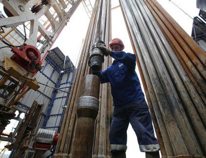 1. Massa-ontslag bij offshorebedrijf Heerema Bij offshorebedrijf Heerema verdwijnen 450 van de 770 banen. De lage olieprijs van de afgelopen jaren heeft ervoor gezorgd dat veel oliebedrijven als Shell hun investeringen hebben teruggeschroefd. Dat raakt Heerma, dat ondermeer boorplatforms bouwt, recht in het hart.