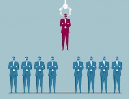 Is Artificial Intelligence een bedreiging voor managers? Vele alarmbellen hebben inmiddels geklonken voor de mogelijkheid van Artificial Intelligence (AI) om de manier van werken flink op te schudden. Vooral banen die makkelijk te automatiseren zijn, zouden volgens velen gevaar lopen. Feit is dat technologie steeds meer in ons leven verweven wordt, en dat manager binnen alle lagen van het bedrijf zich hieraan moeten aanpassen. Artificial Intelligence komt eraan en zal sommige taken van werknemers sneller, beter en goedkoper kunnen uitvoeren. Maar loopt de manager zelf ook gevaar? HBR startte een onderzoek onder 1770 managers in 14 landen en interviewde 37 die de leiding hebben over de digitale transitie binnen hun bedrijf. Aan de hand van deze data stelden zij vijf tips voor managers over AI: hoe vooral niet bang te zijn en ermee om te gaan. #1 Laat de administratie over aan AI Tijdens het onderzoek werd aan managers gevraagd hoe zij hun tijd besteden. In alle lagen van het bedrijf besteden managers meer dan de helft van hun tijd aan het administratieve coördinatie en controle. Een manager in een verzorgingstehuis gaf bijvoorbeeld te kennen veel tijd kwijt te zijn aan regelen van vervang voor ziekte, vakantie of vertrekkende medewerkers. Dit zijn taken die managers weggelegd zien voor AI, en niet geheel onterecht. Het schrijven van rapportages is een ander relevant voorbeeld. Persbureau AP breidde haar berichtgeving over kwartaalcijfers uit van 300 tot 4400 artikelen met behulp van AI-robots. Hierdoor waren journalisten in staat om meer onderzoek en analyserende artikelen te schrijven. De tijd dat robots de volgende management rapporten schrijven is niet ver weg: Data analyst Tableau kondigde dit jaar een samenwerking aan met Narrative Science, een Amerikaanse leverancier van taalgenerators. Het resultaat hiervan is dat Chrome een gratis uitbreiding kent die taal omzet naar Tableau graphics. Ook de managers uit het onderzoek lijken deze mogelijkheden te zien: 86 pro