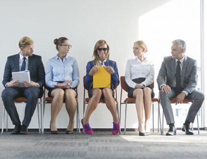 Iemand overtuigen van jouw competenties is praktisch waar een sollicitatiegesprek om gaat. Maar waar zijn managers meer van onder de indruk: natuurlijke of aangeleerde talenten? Maakt het meer indruk om je jarenlange ervaring op tafel te leggen of kun je beter eigenschappen benoemen die je vanaf het allereerste moment bezit? Aan allebei de antwoorden zit een positieve en een negatieve kant, maar onderzoek geeft definitief uitsluitsel. Volgens Chia-Hung Tsay, professor aan de University College London, winnen natuurlijke talenten het van ervaring tijdens een sollicitatiegesprek. Charles Een serie onderzoeken toont aan dat managers een positief vooroordeel hebben over mensen van wie zij geloven dat ze een natuurtalent zijn. Dit in tegenstelling tot wat de sollicitanten verwachten: een manager zou volgens hun verwachting de voorkeur geven aan een harde werker. In het eerste deel van de studie kregen de deelnemers informatie over een sollicitant genaamd Charles. De helft van de deelnemers las informatie waaruit bleek dat Charles een natuurlijke leider was. De rest van de deelnemers kreeg te lezen dat Charles een streber was die leider werd na het opbouwen van jarenlange connecties. Nadat alle deelnemers naar dezelfde business pitch hadden geluisterd, werden zij gevraagd hoe hoe waarschijnlijk ze zijn kans van slagen achtte en of ze hem zouden aannemen. De deelnemers die geïnformeerd waren over zijn geboren leiderschap gaven hem meer kans. Leiderschap In een ander onderzoek kregen de deelnemers vijf duo's van kandidaten te zien. Zij verschilden op het gebied van management vaardigheden, leiderschapservaring, IQ, eerder opgehaald bedrijfskapitaal en de tegenstelling tussen honger om te groeien of een 'natural' in hun gebied. Toen deelnemende managers hun voorkeur uit mochten spreken voor een persoon gaf 60 procent aan liever een natuurtalent dan een streber in zijn team te willen. Zelfs toen bleek dat natuurtalenten meer zouden kosten vanwege een gebrek aan ervaring, gaf 