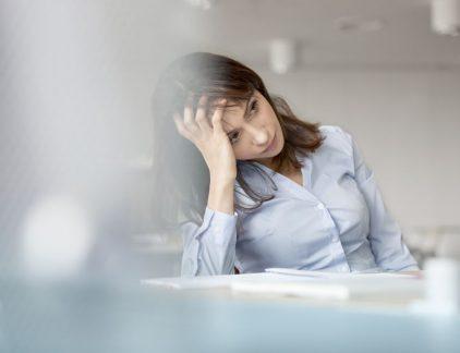 """Een burnout komt in de beste bedrijven voor, maar wat valt eraan te doen als het eenmaal zover is? Volgens Wilmar Schaufeli, arbeids- en organisatiepsycholoog aan de Universiteit Utrecht, moet het opbranden van een collega in ieder geval niet worden gezien als een individueel probleem. Het aantal werknemers dat uitvalt door psychische klachten in Nederland groeit gestaag. Uit cijfers van Capability, een van de grootste ziekteverzuimspecialisten, blijkt dat 31 procent van de verzuimdossiers te maken heeft met psychische klachten. In 2014 bedroeg dat percentage 'slechts' 19 procent. In datzelfde jaar luidde de GGD de noodklok: voor het eerst waren er meer mensen arbeidsongeschikt door psychische klachten dan door lichamelijke ongemakken. Ruim 415.000 mensen zaten arbeidsongeschikt thuis vanwege een psychische aandoening of gedragsstoornis, zo bleek uit cijfers van het Centraal Bureau voor de Statistiek. Volgens Wilmar Schaufeli, arbeids- en organisatiepsycholoog aan de Universiteit Utrecht, zijn er verschillende redenen voor deze cijfers te noemen. """"Het is niet vast te stellen waar het precies aan ligt, maar er zijn een aantal factoren die een grote rol spelen."""" Zo noemt hij de intensivering van het werk. """"Mensen worden steeds meer geacht met hun hart en hoofd te werken in plaats van met hun handen. De verwachtingen nemen op die manier toe."""" Ook de verwachting van werknemers speelt een rol bij dit stijgende aantal mensen dat met psychische klachten thuis zit. """"Mensen willen niet alleen een goed salaris, maar ook interessant en uitdagend werk. Die onzekerheid brengt stress met zich mee."""" Tel daarbij de verruiming van het ziektebegrip op, en je hebt volgens Schaufeli een goede cocktail om het oplopende aantal burnouts te verklaren. """"Stel: iemand komt te overlijden door een hartaanval. Vroeger werd dat gezien als een lichamelijke klacht, maar nu wordt steeds vaker onderzocht waar die hartaanval door ontstaan is. Dat kan bijvoorbeeld door stress of andere psychische klach"""