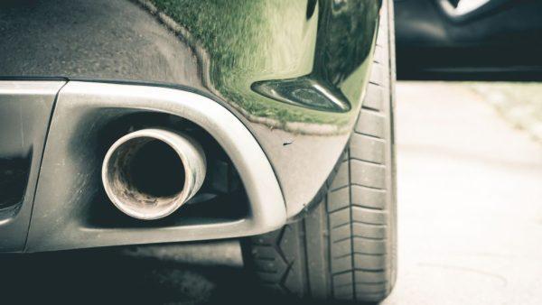 1. Na Volkswagen, nu Renault in de beklaagdenbank Renault wordt in eigen land aangeklaagd voor het manipuleren van de uitstoot van Dieselauto's. Dat meldt Reuters woensdag. Net als bij Volkswagen zou het gaan om sjoemelsoftware die ervoor zorgde dat de uitstoot van bepaalde stoffen, zoals stikstof, lager was tijdens testomstandigheden dan in een normale situatie. Renault claimt dat het met de software geen wet heeft overtreden. 2. Dipje Duitse Industrie Slecht nieuws voor veel Nederlandse transport- en maakbedrijven. De Duitse industriële groei is onverwacht hard gedaald in september. De industriële productie in september daalde met 1,8 procent op maandbasis, nadat die in augustus nog sterk was toegenomen. Grote vraag is of het een tijdelijk dipje zal zijn, of dat er echt een trend is ingezet. 3. GM ontslaat 2000 werknemers in Amerikaanse autofabrieken General Motors zet begin 2017 2000 mensen op straat werkzaam in fabrieken in Ohio en Michigan. GM kampt met dalende verkoopcijfers voor Amerikaanse begrippen relatief kleine modellen als de Chevrolet Cruze. Het lijkt een teken dat de automarkt in de VS aan het afkoelen is. 4. Carlos Slim flink armer door winst Trump De winst van de ene miljardair, Donald Trump (3 miljard dollar volgens Bloomberg) gaat ten koste van een andere. Carlos Slim, de rijkste man van Mexico en een van de rijkste mensen ter wereld, zag zijn vermogen met dik 5 miljard dollar dalen toen hij woensdagochtend wakker werd, meldt Bloomberg. Door de verkiezing van Trump tot president van de Verenigde Staten daalde de Mexicaanse peso fors in waarde, en daarmee ook het vermogen van Slim. Overigens heeft Slim nog altijd meer dan 50 miljard dollar en is hij daarmee fors rijker dan Trump die zelf zegt over ruim 10 miljard dollar te beschikken. 5. Manager van de dag: Guido van Nispen (ANP) Guido van Nispen vertrekt waarschijnlijk als topman van het Algemeen Nederlands Persbureau. Van Nispen zou de wacht zijn aangezegd door de raad van commissarissen die onde