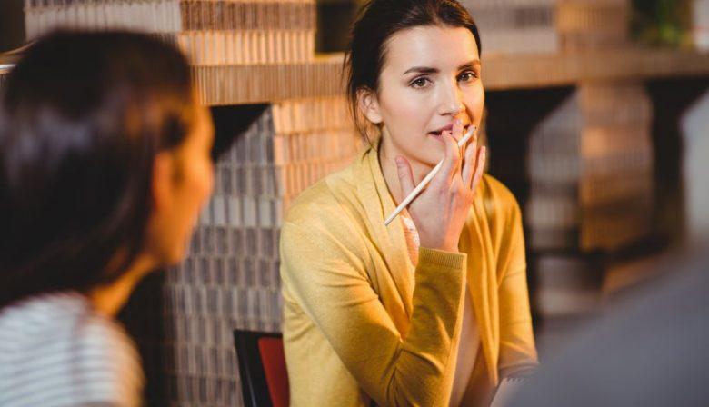 Luisteren hoort bij nieuw leiderschap zoals de dennenboom bij de decembermaand. De omgeving waarin organisaties werken wordt immers steeds gecompliceerder en ze moeten snel op nieuwe uitdagingen inspelen. De input van alle teamleden is nodig, maar die teamleden zullen hun mond houden als ze het gevoel hebben niet te worden gehoord. Hoe meer verantwoordelijkheid terechtkomt bij de zelfstandige professionals in de organisatie, hoe belangrijk het bovendien wordt dat ze ook onderling naar elkaar luisteren, om te voorkomen dat ze langs elkaar heen werken. Belang van luistervaardigheid Wie oppervlakkig luistert, hoort wat hij of zij verwacht te horen, en mist vaak een diepere betekenis of vernieuwende gedachte. De luistervaardigheid blijkt dan ook een belangrijke rol te spelen in het succes van teams. Een recente studie van Google geeft daarvoor overtuigend bewijs. Het doel van Googles onderzoek was om te achterhalen welke eigenschappen maken dat het ene team succesvol is, en het andere niet. Het bedrijf, dat veel data van zijn werknemers verzamelt, zocht bij 180 teams op mogelijke factoren zoals teamsamenstelling en onderlinge verhoudingen. Eén factor bleek, ongeacht de vraag om welke soort team het ging, bepalend: de psychologische veiligheid. Dat wil zeggen dat de teamleden de ruimte kregen om hun mening te geven, en er op respectvolle manier mee werd omgegaan. Teams waarin naar elkaar wordt geluisterd, doen het per definitie beter. Gezien het belang van luisteren is het jammer dat we meestal weinig moeite doen om ons erin te bekwamen. De volgende tips kunnen bruikbaar zijn. #1 Wacht met je eigen oplossingen 'Het is vaak heel moeilijk om aansluiting te vinden bij het referentiekader van de ander', zegt Ellen Giebels. Ze is hoogleraar in de psychologie van conflict, risico & veiligheid aan de Universiteit Twente, en traint onder andere politieonderhandelaars. 'Een van de dingen die we ze als eerste leren is om niet te denken in termen van oplossingen, wat je normaal in 