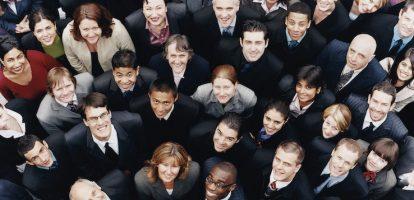 Streven naar meer diversiteit op de werkvloer is meer dan een lege slogan - het is een goed besluit. In 2015 bracht McKinsey een rapport naar buiten waarin 366 bedrijven onderzocht werden op hun diversiteit. Binnen bedrijven die in het bovenste kwartiel stonden op het gebied van etnische en rassen diversiteit was de kans 35 procent groter dat je als manager meer verdiende dan gemiddeld in de markt. Stond het bedrijf qua seksegelijkheid in dat kwartiel, dan was de kans 15 procent groter dat je als manager meer verdiende dan gemiddeld. In een wereldwijde analyse van 2400 bedrijven van Credit Suisse bleek dat bedrijven met tenminste een vrouw in de top meer inkomensgroei en rentabiliteit op het eigen vermogen leverden dan bedrijven waar geen vrouw in de top opereerde. In de laatste jaren zijn er verschillende onderzoeken gedaan die een ander groot voordeel blootlegden van diverse teams op de werkvloer: ze zijn simpelweg slimmer. Samenwerken met mensen die anders zijn dan jij dagen je brein uit om op een andere manier te denken. In een artikel van HBR worden daar deze 4 redenen voor genoemd. Er wordt meer op feiten gefocust Mensen met verschillende achtergronden kunnen het beeld van wat geldt als normaal binnen de sociale meerderheid veranderen en een nieuwe manier van denken binnen een groep tot stand brengen. In een onderzoek dat gepubliceerd werd in het Amerikaanse wetenschappelijke tijdschrift Journal of Personality and Social Psychology werden 200 mensen ingedeeld in een nep-jury van zes personen, die of allemaal blank waren of bestonden uit vier blanken en twee donkere mensen. Samen bekeken ze een video van een rechtszaak met een zwarte verdachte en blanke slachtoffers. Daarna moest men besluiten of de verdachte schuldig was. Het bleek dat de gemengde jury's meer feiten over de zaak wisten boven te halen en minder feitelijke fouten maakten tijdens het bespreken van de zaak. Als er fouten ontstonden, werden deze in diezelfde bespreking nog gecorrigeerd. Een mogelij