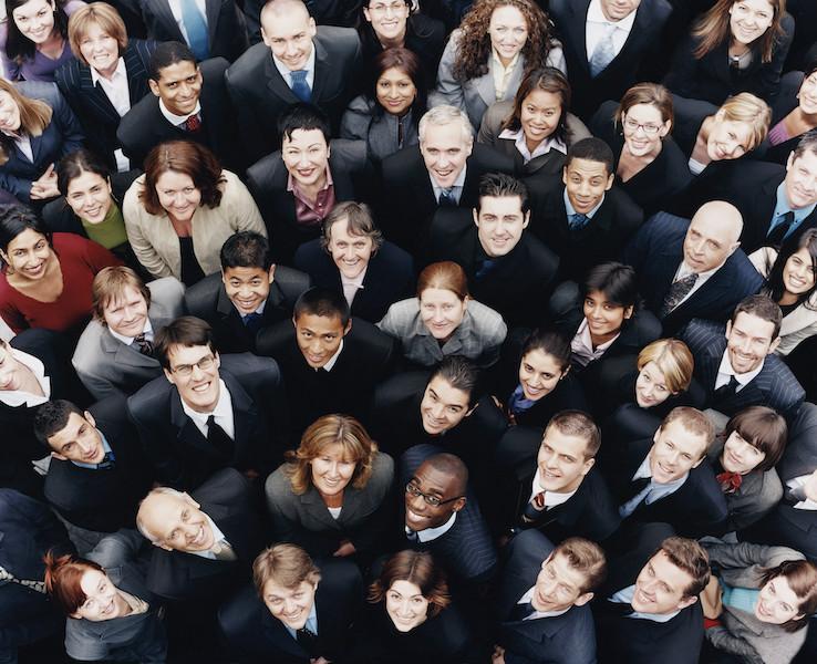 Streven naar meer diversiteit cultureel diverse teams op de werkvloer is meer dan een lege slogan - het is een goed besluit. In 2015 bracht McKinsey een rapport naar buiten waarin 366 bedrijven onderzocht werden op hun diversiteit. Binnen bedrijven die in het bovenste kwartiel stonden op het gebied van etnische en rassen diversiteit was de kans 35 procent groter dat je als manager meer verdiende dan gemiddeld in de markt. Stond het bedrijf qua seksegelijkheid in dat kwartiel, dan was de kans 15 procent groter dat je als manager meer verdiende dan gemiddeld. In een wereldwijde analyse van 2400 bedrijven van Credit Suisse bleek dat bedrijven met tenminste een vrouw in de top meer inkomensgroei en rentabiliteit op het eigen vermogen leverden dan bedrijven waar geen vrouw in de top opereerde. In de laatste jaren zijn er verschillende onderzoeken gedaan die een ander groot voordeel blootlegden van diverse teams op de werkvloer: ze zijn simpelweg slimmer. Samenwerken met mensen die anders zijn dan jij dagen je brein uit om op een andere manier te denken. In een artikel van HBR worden daar deze 4 redenen voor genoemd. Er wordt meer op feiten gefocust Mensen met verschillende achtergronden kunnen het beeld van wat geldt als normaal binnen de sociale meerderheid veranderen en een nieuwe manier van denken binnen een groep tot stand brengen. In een onderzoek dat gepubliceerd werd in het Amerikaanse wetenschappelijke tijdschrift Journal of Personality and Social Psychology werden 200 mensen ingedeeld in een nep-jury van zes personen, die of allemaal blank waren of bestonden uit vier blanken en twee donkere mensen. Samen bekeken ze een video van een rechtszaak met een zwarte verdachte en blanke slachtoffers. Daarna moest men besluiten of de verdachte schuldig was. Het bleek dat de gemengde jury's meer feiten over de zaak wisten boven te halen en minder feitelijke fouten maakten tijdens het bespreken van de zaak. Als er fouten ontstonden, werden deze in diezelfde bespreking nog g