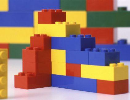 Het is nog niet zo heel lang geleden, 12 jaar op precies te zijn, dat Lego aan de rand van de afgrond stond. Topman Jørgen Vig Knudstorp zorgde er voor dat het familiebedrijf sindsdien de weg omhoog heeft gevonden. Inmiddels is het bedrijf de grootste speelgoedmaker ter wereld. MT schreef er eerder het volgende artikel over: De 7 bouwstenen van het Lego-succes. Legohuis Het nieuwe hoofdkwartier van Lego moet dat succes, maar ook vooral de basiswaarden van het bedrijf gaan weerspiegelen. Een hoofdkwartier dat er (een beetje) uitziet alsof zelf van Lego is gebouwd en waar voldoende ruimte is om te spelen. Bekijk hieronder de artist impression van het nog te bouwen complex.