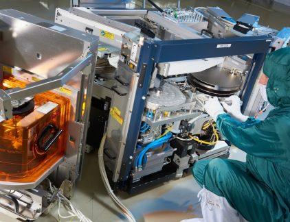 Als bedrijfsonderdeel van Philips maakte de Enabling Technologies Group (ETG) jarenlang de machines die de ontwikkelafdelingen van de Eindhovense elektronicagigant bedachten. Na de bedrijfsovername door ondernemer Wim van der Leegte in 2006, ging het bedrijf zelfstandig verder als VDL ETG. Anno 2016 is de dochteronderneming van familiebedrijf VDL Groep een toonaangevende maker en ontwikkelaar van complexe machines en modules, met klanten in binnen- en buitenland. Toeleverancier van CERN en ASML Steeds vaker denkt het bedrijf van meet af aan mee met de klant over het optimale ontwerp, vertelt ceo Guustaaf Savenije. 'Daarmee zijn we, van een typisch maakbedrijf, ook steeds meer ontwikkelaar geworden. Ter illustratie: liepen hier een jaar of vijf geleden maximaal twintig ontwikkelaars rond, inmiddels zijn dat er zo'n tweehonderd.' Momenteel is het bedrijf als toeleverancier volledig verantwoordelijk voor de waferhandlers in de chipmachines van ASML, vertelt Savenije. 'Daarnaast zijn we onder meer actief in de medische en analytische sector, maken we kritische onderdelen voor de deeltjesversneller van het Zwitserse onderzoeksinstituut CERN, en ontwikkelden we recent prototypes voor een megatelescoop die vanuit de Chileense woestijn de hemel gaat afspeuren naar exoplaneten. Een enorm divers klantenbestand dus, dat ons moet beschermen tegen al te grote marktschommelingen.' Technisch talent Bij investeringen in nieuwe technologieën, bijvoorbeeld op het gebied van 3D-printing, gaat het bedrijf volgens Savenije weloverwogen te werk. 'De timing is erg belangrijk: als je te vroeg instapt, loop je de kans te blijven zitten met snel verouderende, peperdure apparatuur. Stap je te laat in, dan mis je misschien de boot. Idealiter zetten we nieuwe technologieën in voor meerdere klanten in meerdere branches.' Hetzelfde geldt voor de ontwikkelaars die het bedrijf de afgelopen jaren in hoog tempo aannam, vervolgt Savenije. 'Die mensen houden we natuurlijk graag aan het werk, zeker nu h