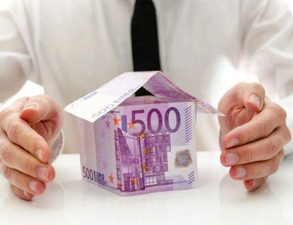 Je spaargeld levert bij de bank niks op. Waarom zou je het dan niet in huizen stoppen? Huizenbezitters zijn trouwe betalers van hun hypotheekrente. Die paar procent die ze elke maand overboeken, het is misschien niet veel, maar toch een ander verhaal dan de miezerige spaarrente van de banken. Deze zomer bemachtigde 'crowdfundhypotheekverstrekker' Jungo een AFM-vergunning, en die wil het dit jaar nog gaan gebruiken. Particulieren kunnen binnenkort in hypotheken inleggen en daarop tot 3,5 procent rente vangen. Geen spaardeposito dat daar tegenwoordig nog tegenop kan. Disruptieve uitdagers Jungo is de nieuwste en potentieel meest disruptieve uitdager op de hypotheekmarkt. Ooit was die markt een baken van rust en risicovrij verdiende rendementen, maar inmiddels is het een woelwater geworden, met gevaarlijke onderstromen voor banken en hypotheekadviseurs. De toevloed van nieuwkomers springt daarbij het meest in het oog. De hippe huizenkoper heeft geen Rabo-hypotheek meer, maar financiert zijn huis bij Munt, Tulp, Venn of bijBouwe. Een lening die je bovendien zelf kunt afsluiten, bij Hypotheek24. Een volgende lichting start-ups, onder wie dus Jungo, wordt nog dit jaar op de markt verwacht. De extreem lage rente en de gunstige Nederlandse marktsituatie zijn belangrijke verklaringen voor de toevloed. In zekere zin is er ook sprake van een inhaalslag. Tijdens de crisis lag de markt op zijn gat. De hypotheekomzet, in 2007 nog goed voor 115 miljard euro, was in 2013 nog maar 37 miljard. Maar in 2015 groeide de markt weer, met 28 procent, tot 62 miljard euro. Ook de eerste twee kwartalen van 2016 waren uiterst goed, met een groei van boven de 20 procent. Tijdens de crisis waren de hypotheekverstrekkers druk met de afdeling bijzonder beheer, de wanbetalers. Voor innovatie was geen ruimte. Dat is nu wel anders. Snel in bedrijf Met de lage rente meldde zich bovendien een nieuwe groep kapitaalverstrekkers op de markt. Traditiegetrouw kwam de hypotheekfinanciering van de balans van 