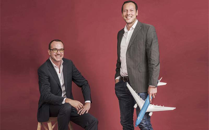 Undagrid plaatst locatietrackers die met heel weinig stroom toekunnen op allerlei bewegend materieel, zoals vliegtuigtrappen en bagagekarren. Met behulp van Undagrid-software kan alles vervolgens zo efficiënt mogelijk kan worden ingezet; een bedrijf in de categorie 'Internet of Things'. Twee belangrijke klanten, KLM en Schiphol, participeren in het bedrijf via het KLM/Mainport Innovation Fund. Hoe vonden jullie elkaar? Rolf: 'Bij het Start-up accelerator-programma Start-up Bootcamp in 2014.' Rogier: 'Daar lopen wij rond en scannen of er voor KLM interessante start-ups onder de deelnemers zitten. We hebben contact gehouden.' Rolf: 'En in 2015 werd het concreet. We waren live, op Schiphol. We hadden onze eerste ervaringen opgedaan. Toen zijn we echt gaan praten. Het zou mooi zijn als we in deze sector verder zouden kunnen.' Waarom koos Undagrid voor een investering van bedrijven uit de sector waarin jullie actief zijn en niet voor een durfinvesteerder? Dit is voor een exit nadelig. Rolf: 'Als je in dit stadium al met een exit bezig, bent, wordt het sowieso lastig om een investeerder te vinden. Maar voor ons was het belangrijk omdat deze sector conservatief is. Als je bij een klant kunt zeggen dat KLM en Schiphol erachter zitten, is het goed. Fijn dat jullie 'luchtvaarts' spreken, zeggen ze dan.' Waarom ontwikkelt KLM zoiets niet zelf? Rogier: 'Het behoort niet tot onze core business. Maar ook als dat wel zo was: als wij iets ontwikkelen duurt het langer, en is het duurder. En als je het daarna wilt doorverkopen aan een derde partij is het lastiger. Daar zijn wij als bedrijf niet op ingericht.' Rolf: 'Lastig voor hen om op Lufthansa af te stappen. Dat is voor ons gemakkelijker.' Maar krijg jij daar nooit commentaar op? Jouw start-up helpt onze concurrent? Rogier: 'We leggen de start-ups nooit beperkingen op in commerciële zin. Onze organisaties hoeven ook geen klant bij Undagrid te worden. Dat is de gouden regel. Ik vertel mijn collega's bij KLM die over de inkoop gaan
