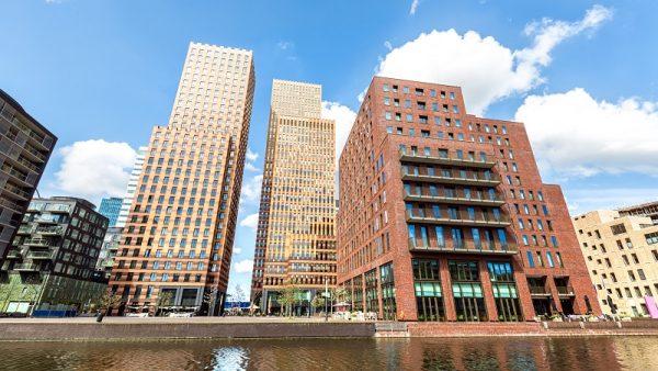 Ondanks dat het kabinet beweert zich in te zetten tegen belastingdeals, werden in Nederland in 2015 toch nog bijna 250 deals gesloten met bedrijven. Nederland staat al jaren bekend om haar gunstige fiscale klimaat. Bedrijven als Starbucks, maar ook bands als The Rolling Stones vestigen hier vanwege de afspraken die te maken zijn over de hoogte van de belasting. Nadat de Europese Commissie Nederland afgelopen jaar op de vingers tikte, zegt het kabinet belastingdeals met grote internationale bedrijven te bestrijden. Maar klopt dat wel? Nee, zo bewees een internationaal onderzoek van Eurodad naar belastingdeals in Europa: het aantal deals van 2013 tot 2015 met 160 procent. Nederland had geen koploper positie bij het bestrijden. Sterker nog: Nederland staat in de top drie van landen die de meeste afspraken maakt met bedrijven. Onderzoeksstichting SOMO was samen met Tax Justice NL verantwoordelijk voor het Nederlandse hoofdstuk. Onderzoeker Jasper van Teeffelen is niet verbaasd over de uitkomst van het onderzoek. 'Dit is de bittere realiteit. Nederland zegt van alles te willen doen, maar voorstellen die in de Europese Commissie worden gedaan worden afgezwakt of zelfs tegengewerkt.' Van Teeffelen noemt als voorbeeld voorstellen over de royalty's, die in Nederland gunstig zijn in vergelijking met de rest van Europa. 'Er zijn veel multinationals die hierdoor voor Nederland kiezen. Europese wetgeving die ervoor moet zorgen dat die tarieven omhoog gaan, wordt simpelweg weggestemd door Nederland.' Concurrentie De enige landen die het nog slechter doen dan Nederland zijn België en Luxemburg. Waar het aantal deals van Nederland redelijk stabiel blijft op 236, vervijfvoudigde het aantal deals in Luxemburg: van 119 in 2013 tot 519 in 2015. In België was het nog meer: van 10 deals in 2013 naar 411 in 2015. Het is niet zo dat Nederland helemaal niets doet, zo stelt Van Teeffelen. 'Maar de meeste dingen gebeuren vanuit Europees verband. Nederland wil vooral niet voorop lopen met dit 