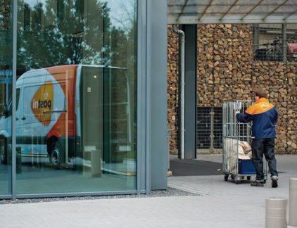 1. Druk op PostNL steeds groter om met Bpost aan tafel te gaan Na het nieuwe bod van het Belgische Bpost ligt de bal nu bij PostNL: gaan zij voor de vierde keer aan de onderhandeltafel zitten, of slaan zij het definitieve bod af? De druk rondom deze vraag komt van verschillende kanten: drie aandeelhouders die tezamen meer dan 15 procent van het Nederlandse postbedrijf in handen hebben, eisen dat het bedrijf in ieder geval gaat luisteren naar Bpost te zeggen hebben. Anderzijds probeert politiek Den Haag te voorkomen dan het bedrijf in Belgische handen valt. Frank Botman van investeringsfonds Dasym, dat voor mediamagnaat John de Mol een belang van 5 procent in PostNL beheert, spreekt tegen het Financieele Dagblad schande van de bemoeienis van de politiek. 2. Heijmans beëindigt probleemcontract van 15 miljoen euro Bouwbedrijf Heijmans heeft een schikking getroffen met Waterschap De Dommel van bijna 15 miljoen euro. Het bedrijf dat in grote financiële problemen verkeert staakt de samenwerking met het waterschap bij de Energiefabriek Tilburg, waar sinds juni dit jaar zuiveringsslib uit de Dommel gewonnen wordt om vervolgens biogas te produceren. Per 1 december neemt het waterschap de installatie, waarmee duurzame energie geproduceerd wordt, volledig over van Heijmans. Het bedrijf kwam eerder in grote financiële problemen, eerder verlieten topman Bert van der Els en financieel directeur Mark van den Biggelaar het bedrijf. 3. Apple spamt gebruikers al weken met agendapunten Ontvang je ineens een uitnodiging in je Apple agenda met allerlei Chinese tekens? Een groep Apple-klanten wordt al een aantal weken stelselmatig gespamd met agenda afspraken. Wie de uitnodiging accepteert, krijgt nog meer niet-bestaande afspraken. Het Amerikaanse techblog 9to5Mac meldde het probleem begin november, toen het al een paar weken aan de gang zou zijn. Apple komt nu pas met de verklaring dat aan een oplossing gewerkt wordt. Ook heeft het bedrijf zijn excuses aangeboden. Hoeveel mensen wereldw