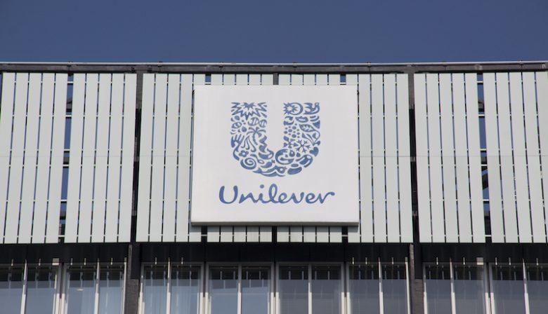 John Oostveen, partner bij Overname-experts, denkt dat het aan de 'vijandigheid van het overnamebod' lag. Hij schat de kans minder dan 30 procent in dat Unilever later alsnog wordt overgenomen door Heinz. 'Het belangrijkste aspect van een overname is dat beide partijen het willen, dat was in dit geval niet zo. Dit bod kwam uit de lucht vallen én was niet gewenst', legt Oostveen uit. Druk op focus Vanwege het bod staat Unilever onder druk van aandeelhouders om op korte termijn meer winst te genereren, de cfo lijkt het daarmee eens te zijn. De ceo van het bedrijf, Paul Polman, is echter altijd voor een lange termijnstrategie geweest met een focus op duurzaamheid. Het pensioenfonds liet weten zich zorgen te maken over een eventuele verandering van strategie, want dat zou ten koste gaan van de duurzaamheid. Nu de druk aan alle kanten wordt opgevoerd, kijkt iedereen naar wat Polman gaat doen. 'Ik denk dat hij een middenweg zal zoeken tussen de twee uitersten. Dus wel meer focus op korte termijnwinst, maar daar moet de duurzame strategie van het bedrijf niet onder lijden', aldus Oostveen. 'Dat is wel erg lastig, kijk maar naar bijvoorbeeld banken. Hun focus op winst staat op gespannen voet met een duurzaam beleid.' Vijandige overname Aandeelhouder van Kraft Heinz - Warren Buffet liet weten dat het aanbod 'nooit vijandig bedoeld was, ondanks dat het misschien wel zo werd geïnterpreteerd'. 'Het kwam zeker wel vijandig over', vindt Oostveen. En volgens verschillende media dook Unilever gauw in de boeken om te kijken hoe ze zichzelf konden beschermen tegen een overname van Heinz. Succesfactor Het betekent niet dat Unilever nooit overgenomen zou kunnen worden. 'Maar het is enorm belangrijk dat ze het zelf ook willen, anders is een overname bijna nooit succesvol. Uiteindelijk moeten de mensen het toch doen, daarvan is het succes van de overname afhankelijk. De match van de partijen moet goed zijn, het moet klikken.' Maar het belangrijkst: het over te nemen bedrijf moet passen i