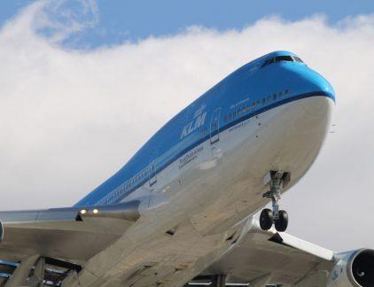 'Daar komt een Uiver gevlogen / en heel de lucht hoort aan hem: / het zijn de Hollandsche jongens / van onze pracht-KLM' zong Louis Davids in 1934. De bedrijfsgeschiedenis van de Koninklijke Luchtvaart Maatschappij is rijk aan verhalen. Over heroïsche piloten, vernuftige technici en legendarische leiders als Albert Plesman. KLM roept herinneringen op aan Batavia, aan de avonturen van de Uiver en de vroege Jet Age. KLM is een stukje vliegend Nederland. De bedrijfsgeschiedenis van KLM beschrijven in amper duizend woorden grenst aan hoogmoed. En sinds Icarus weet iedereen: hoogmoed komt voor de val. Daarom draait dit artikel om een beperkt aantal historische ontwikkelingen en gebeurtenissen die KLM tot op de dag van vandaag beïnvloeden. Belang KLM was nationaal belang KLM opereerde vanaf de oprichting in 1919 tot aan ongeveer eind jaren '80 in de zogeheten 'ijzeren driehoek'. KLM, Rijksluchtvaartdienst en het ministerie van Buitenlandse Zaken werkten nauw met elkaar samen. Internationale allianties aangaan? Landingsrechten breed interpreteren? Bilateraal verdrag iets oprekken? Het commercieel belang van KLM vatte de overheid vrijwel altijd op als een nationaal belang en hielp waar mogelijk. Vrijwel nergens in Europa werkte deze ijzeren driehoek zo goed als in Nederland. Vanaf de jaren '70 komt die vanzelfsprekende driehoek onder druk te staan. Met de stijgende welvaart in de Europese landen neemt de vraag naar betaalbare luchtvaart toe: ook Jan Modaal wil wel eens vliegen. De Europese Gemeenschap meent dat een vrijere luchtvaartsector vliegen zal democratiseren. Nieuwe spelers betreden dan de markt en zorgen voor goedkopere vluchten en meer verbindingen. De regulering van de luchtvaartsector zoals bijvoorbeeld die tussen Nederland en KLM biedt echter nauwelijks tot geen ruimte hiervoor. Nationale vliegtuigmaatschappijen (flag carriers) staan onder toezicht van hun nationale overheden. Het internationale luchtverkeer is bovendien gereguleerd door een kerstboom aan bilat